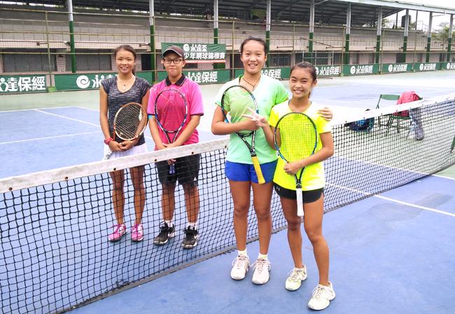 (左起)許紫絢、陳懷恕獲女雙亞軍,鄭絜心、王兆宜獲女雙冠軍。