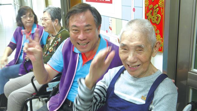 在永達志工的熱情陪伴和引領下,長者臉上洋溢著幸福的笑容。