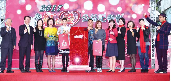 藝人朋友擔任兒少社福機構的愛心守護大使,推廣紅包袋氣氛熱絡,與現場認購者合影。
