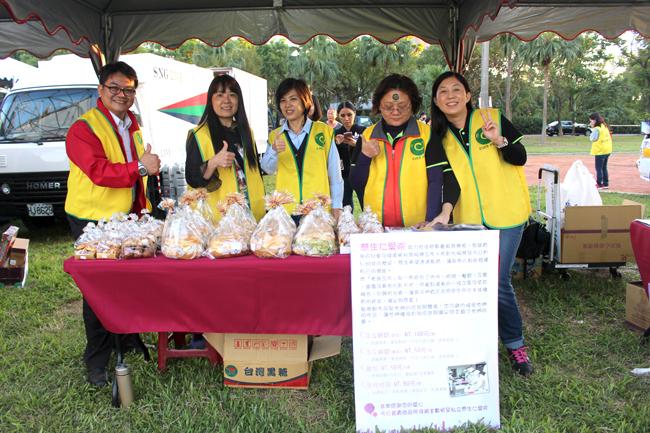 永達志工為「彰化慈生仁愛院生」愛心推廣麵包。