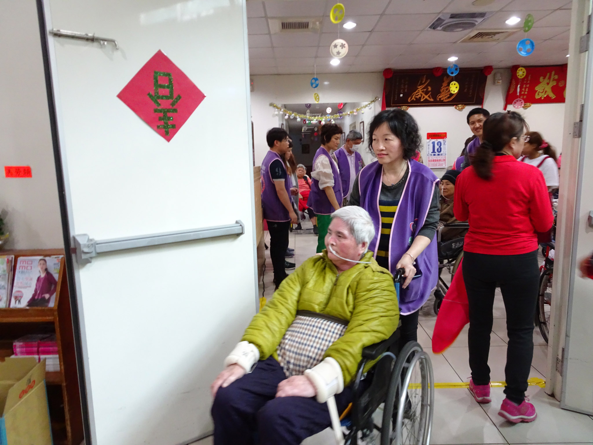 永達志工協助長輩前往活動地點。