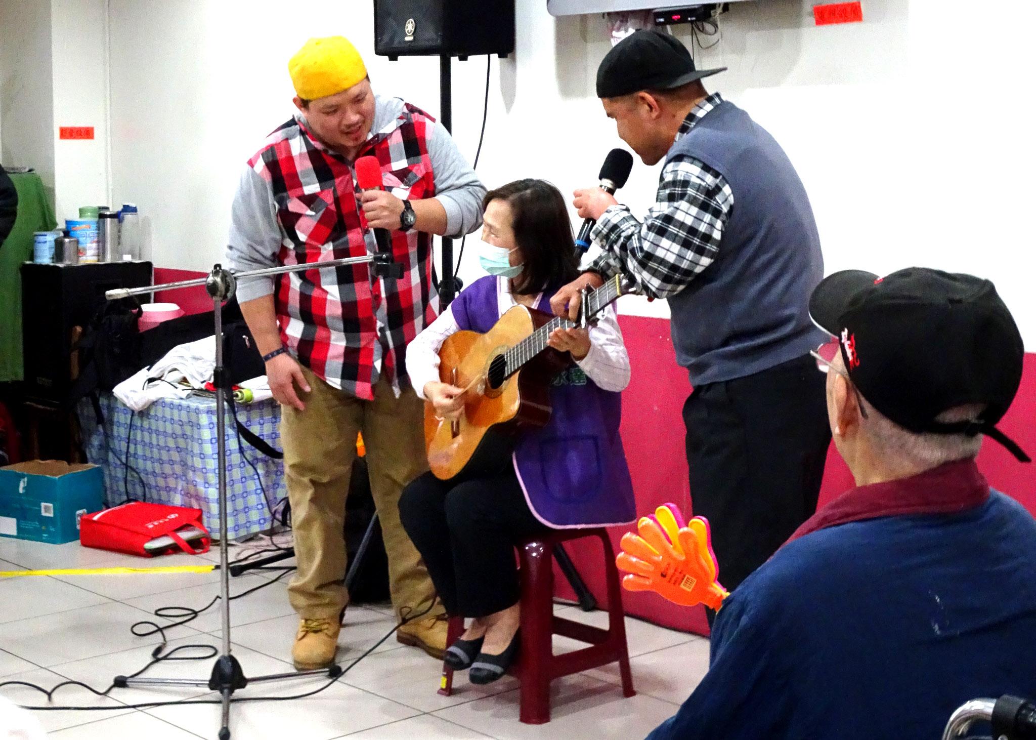 永達志工小露身手,自彈自唱表演。