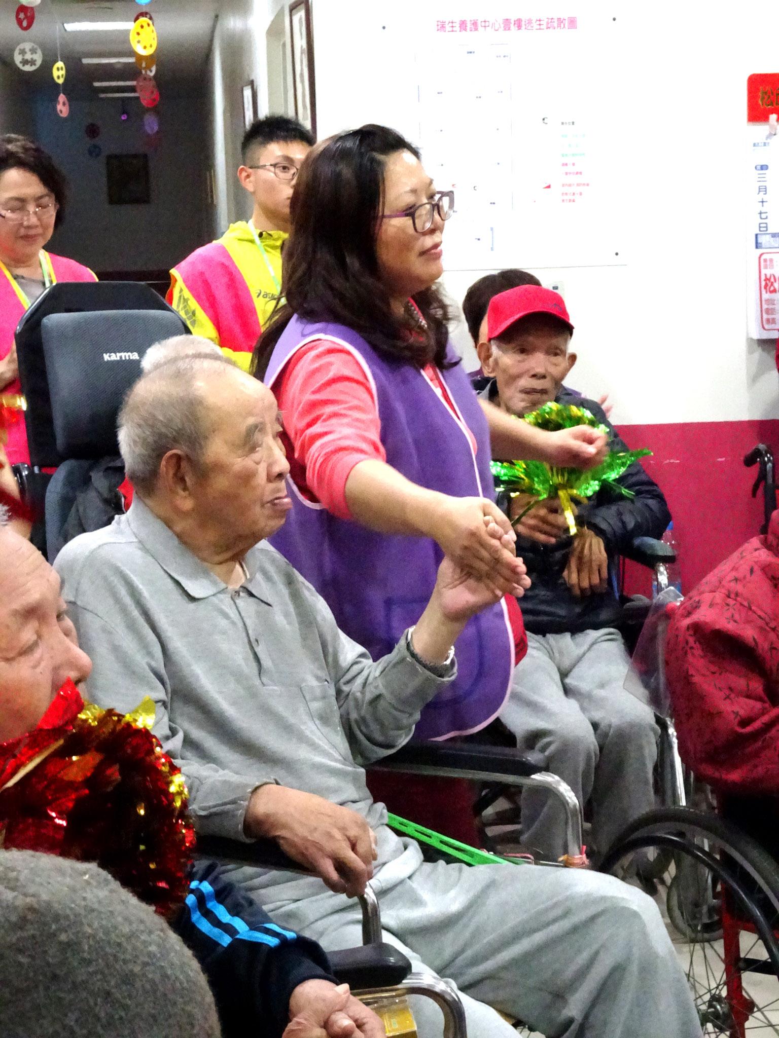 志工們與長輩們的互動。