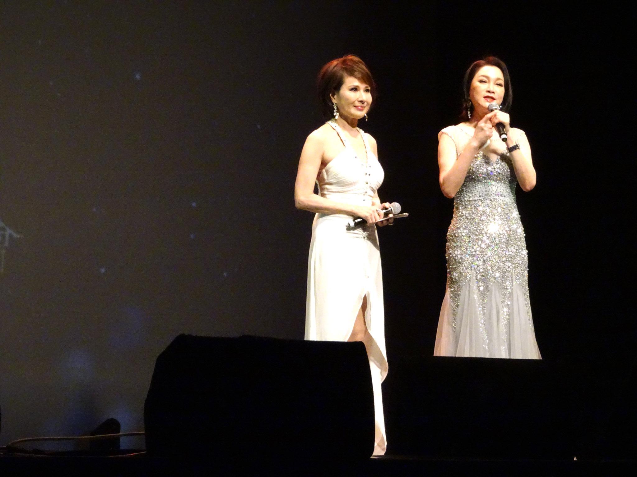 二位美麗的主持人向娃(左)、張瓊姿(右)。