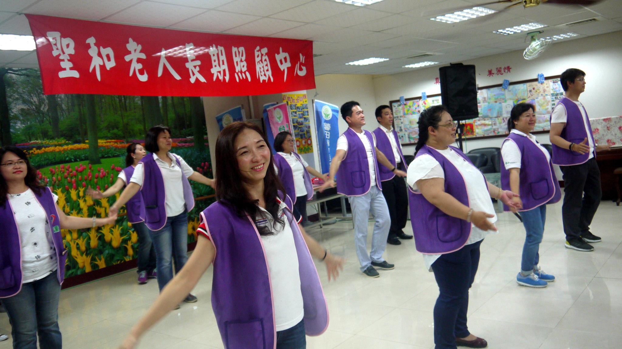 永達志工帶動唱開場。