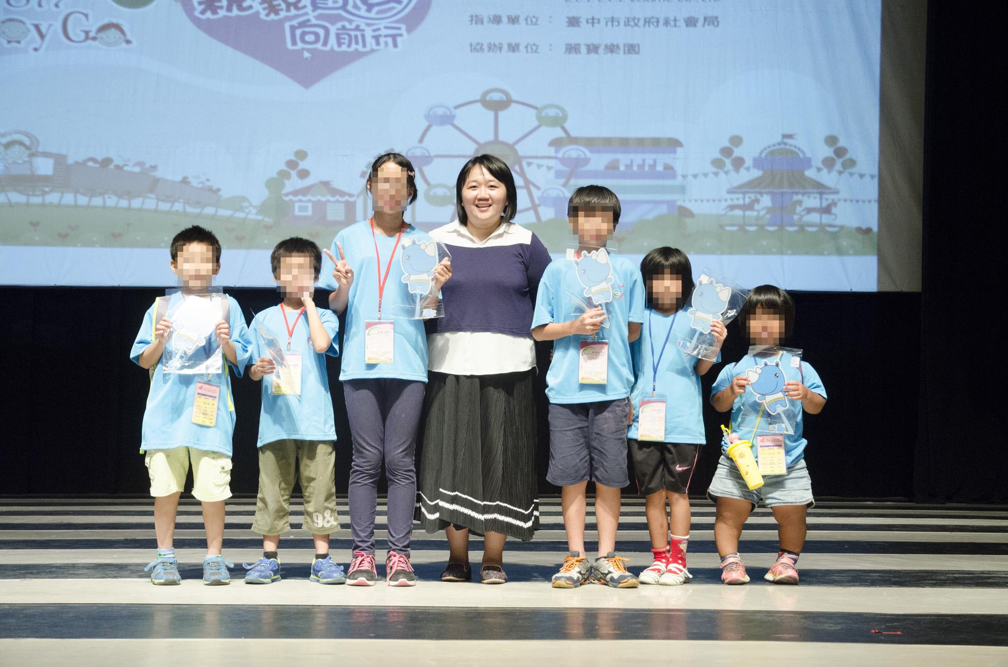 贊助單位:二億企業公司陳協理(圖中)頒贈小禮物予上台分享的孩子。