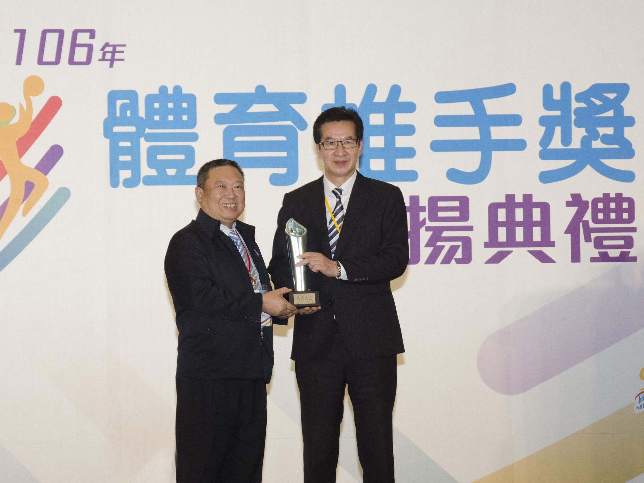 由總經理陳慶鴻代表受獎。