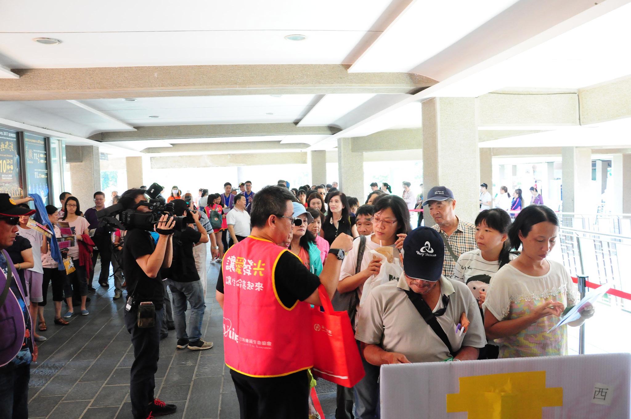 民眾帶著滿心期待排隊等候入場。