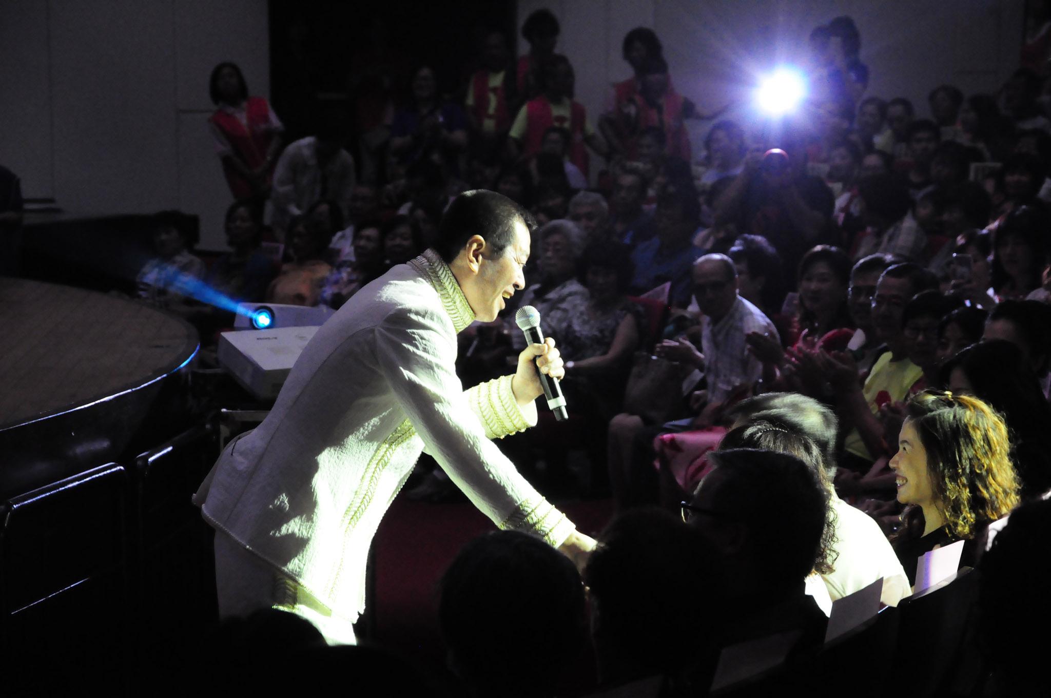 壓軸的蔡小虎與觀眾熱情互動。