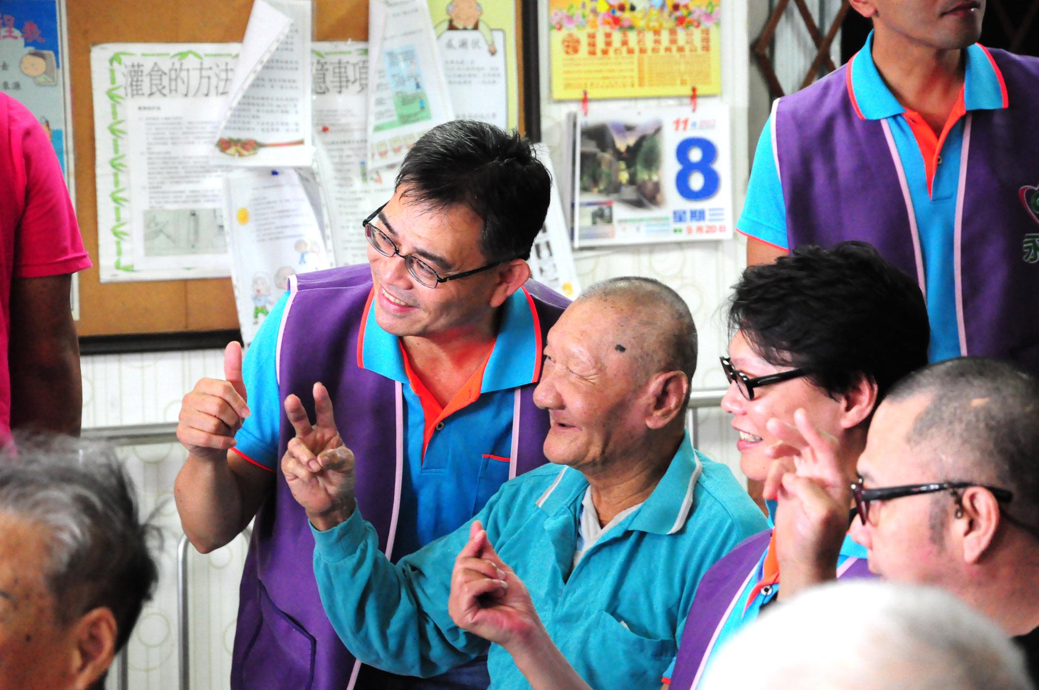 看到爺爺奶奶臉上展露出的笑容,志工們的心也富裕了。