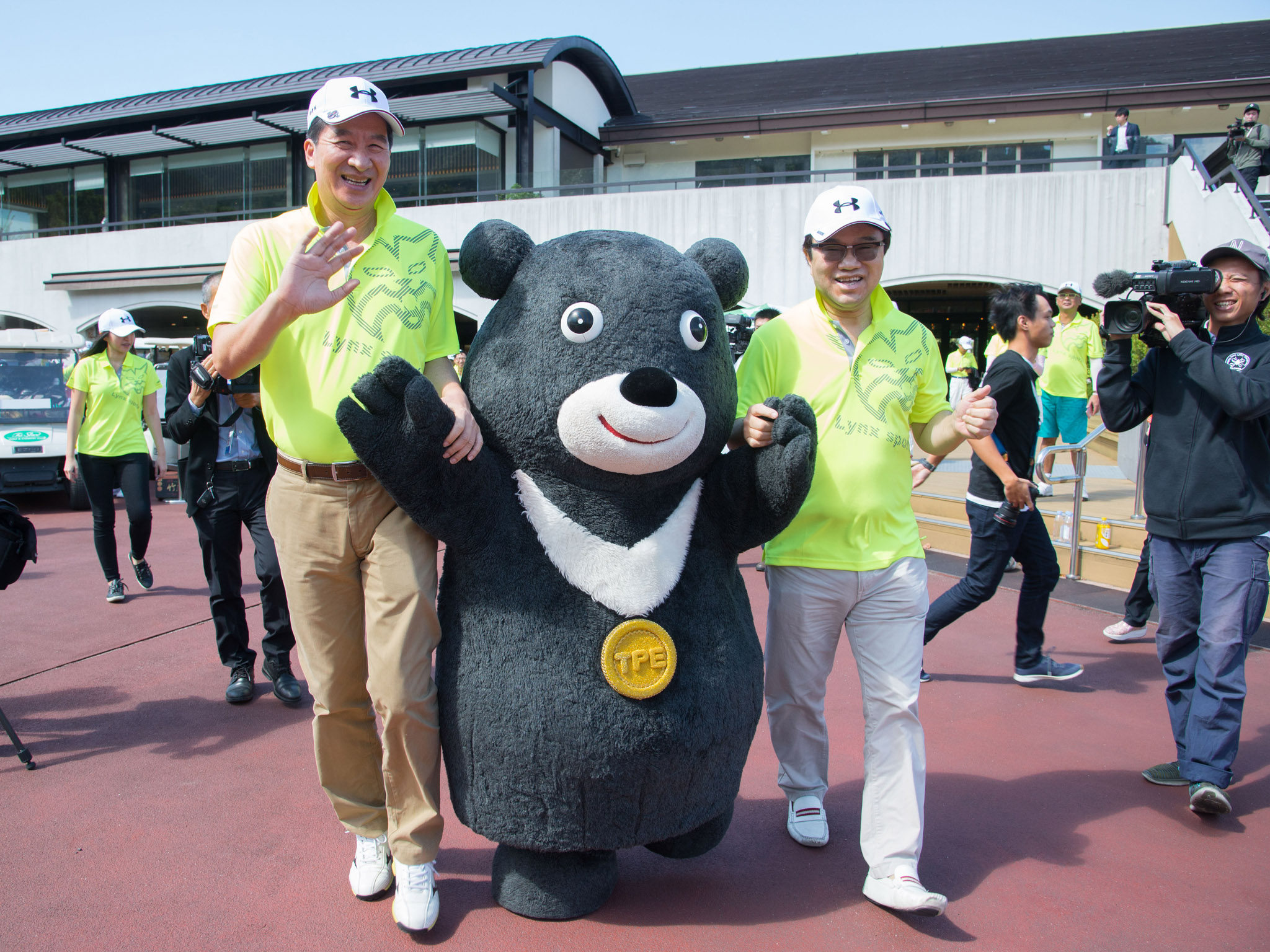 永達吳文永董事長(圖右)及陳慶鴻總經理(圖左)伴著熊讚驚喜出場。