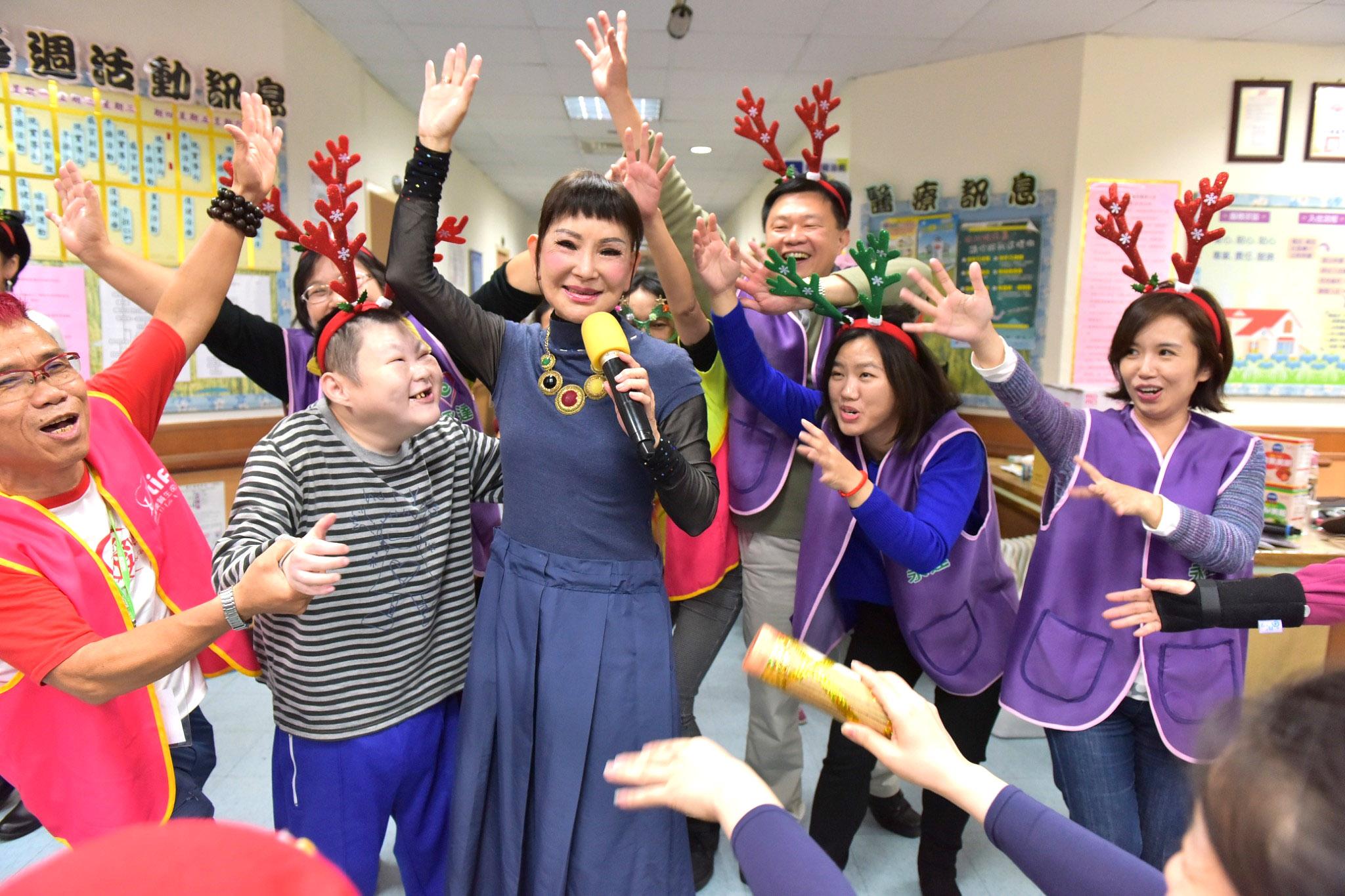 資深藝人司馬玉嬌(圖中)與永達志工台上唱唱跳跳充滿歡樂。