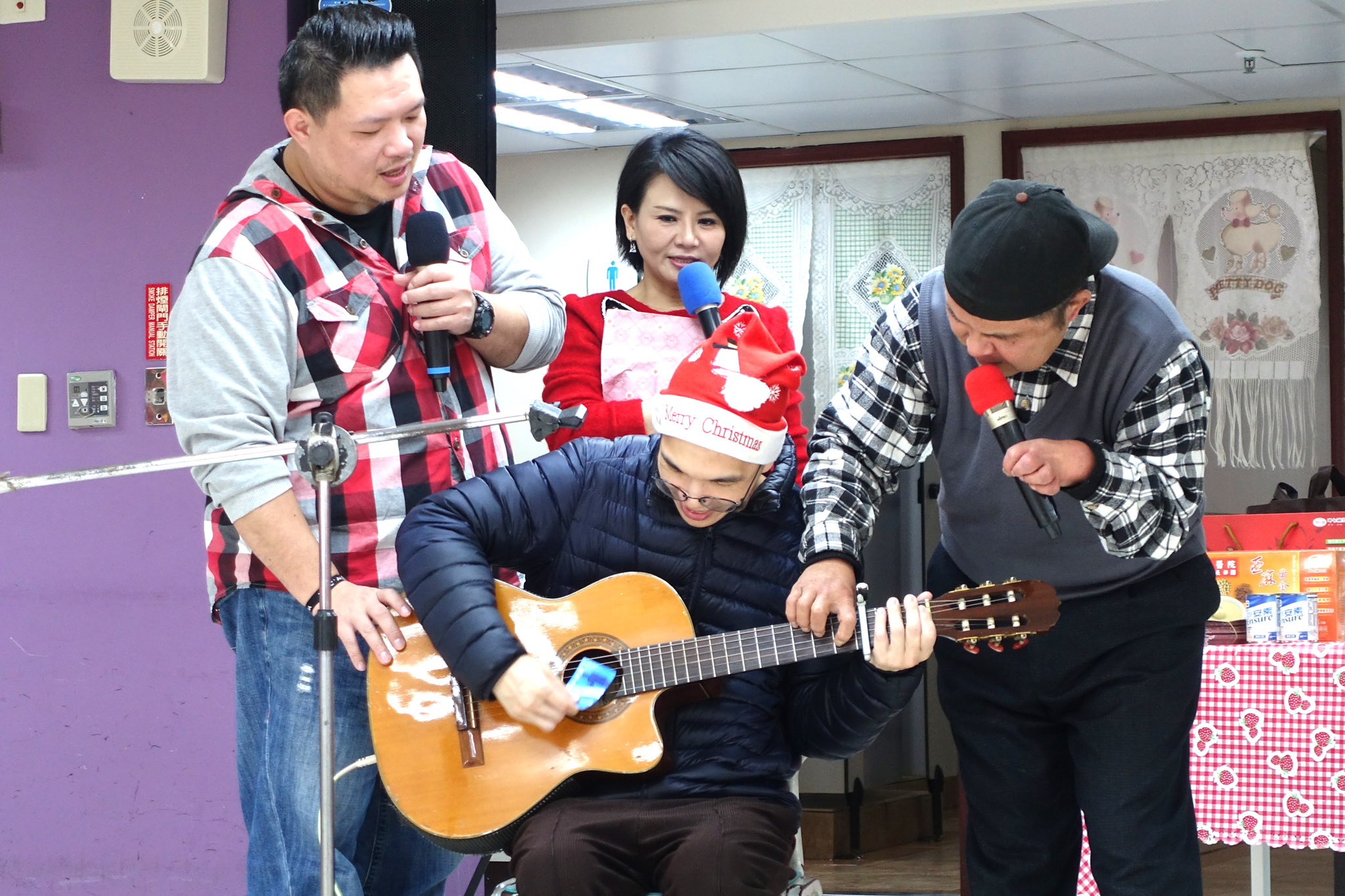 在協助教導下,憨兒也能體驗彈吉它樂趣。