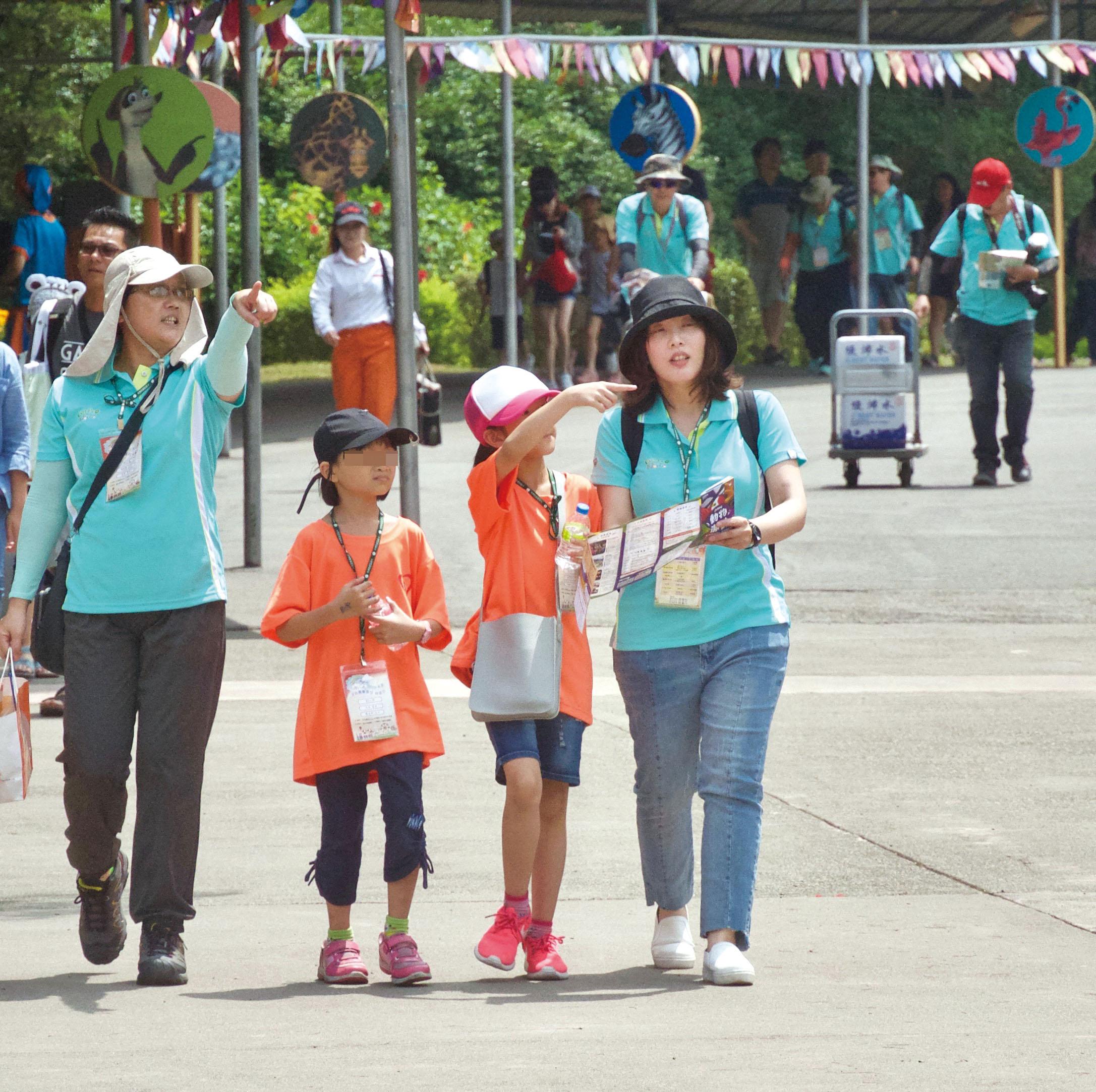 志工和孩子們討論下一個要去的探索設施。