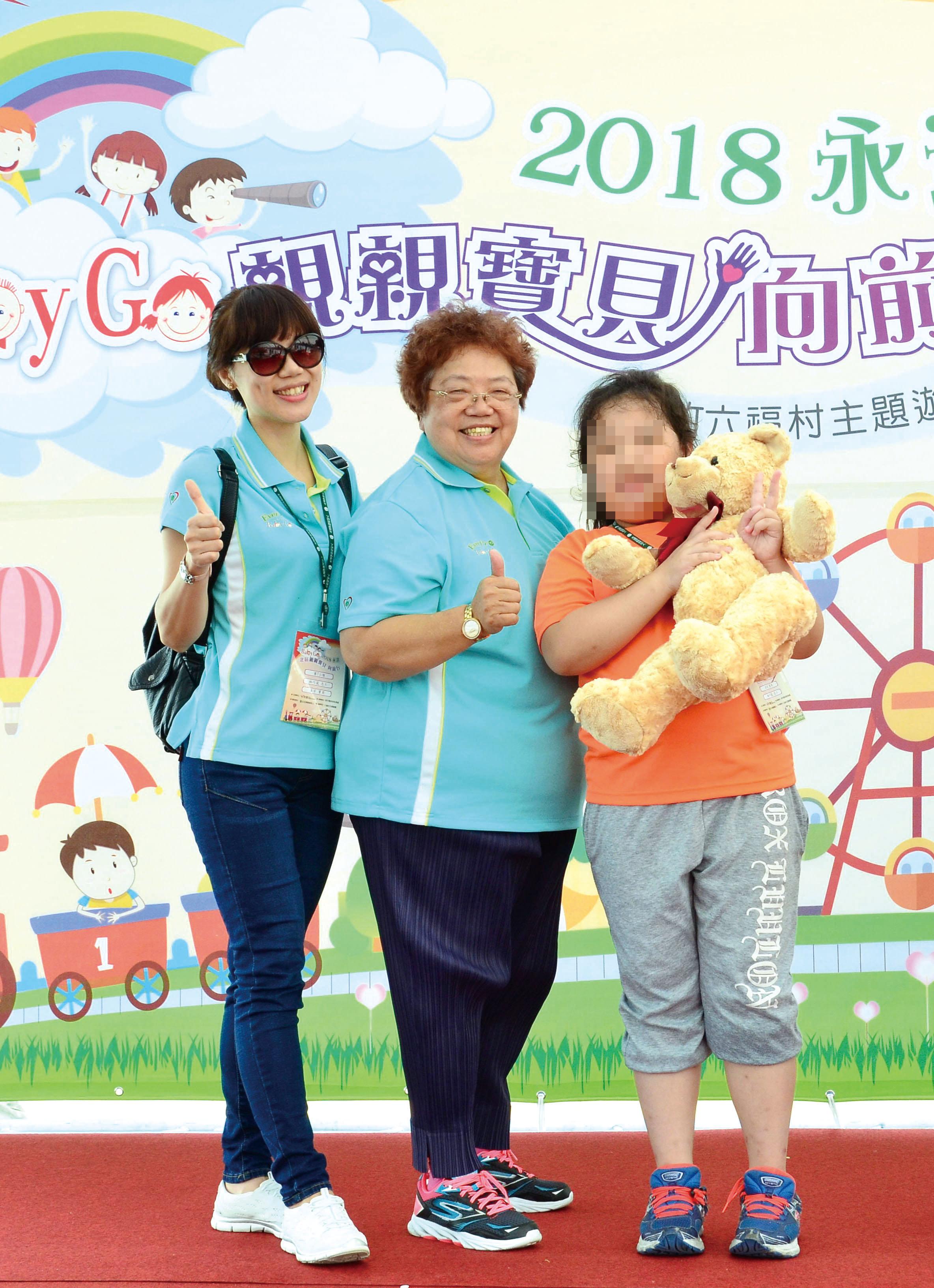 魏滿妹協理頒獎給孩子。