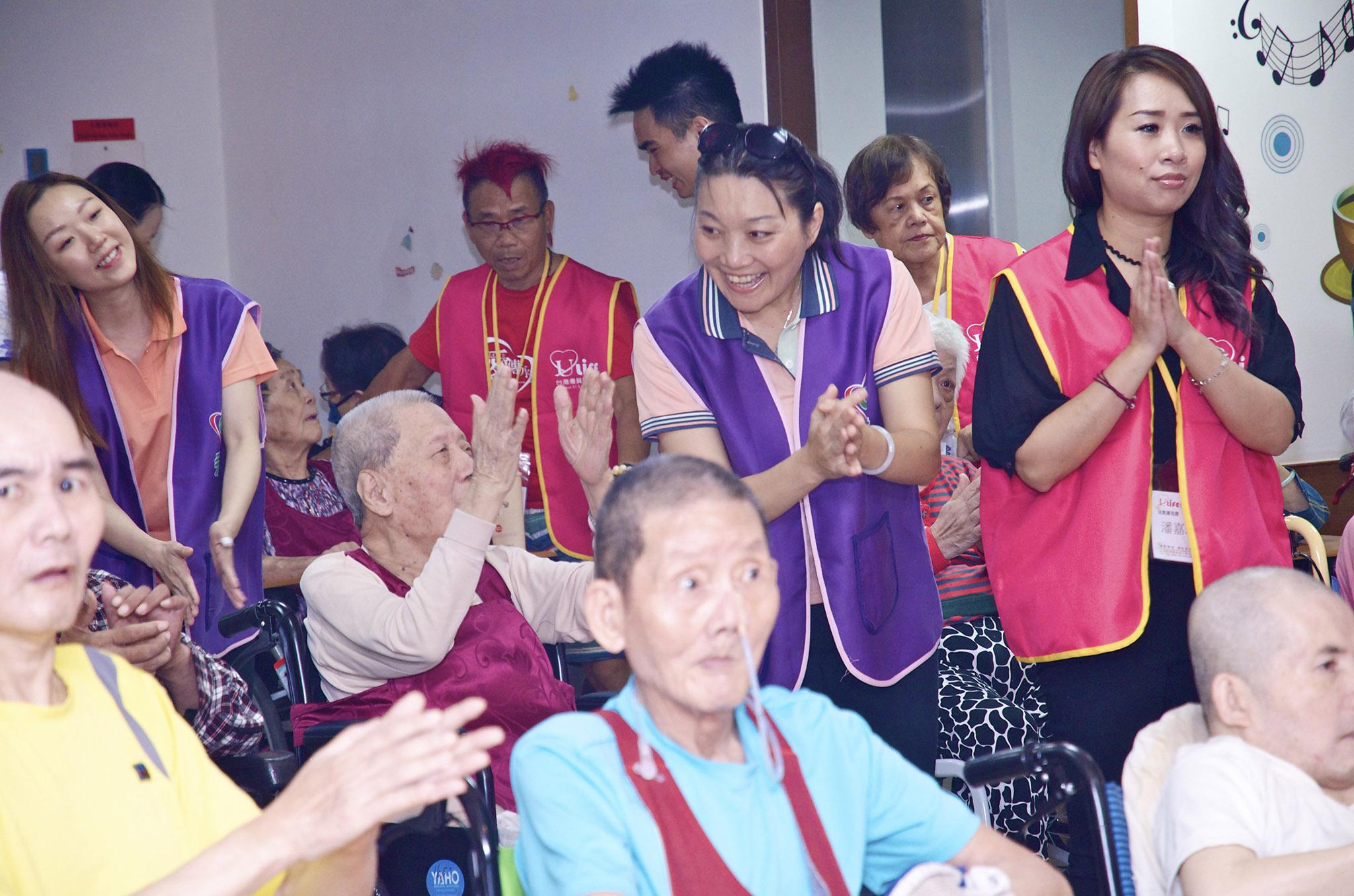 志工帶著長者參與帶動唱活動。