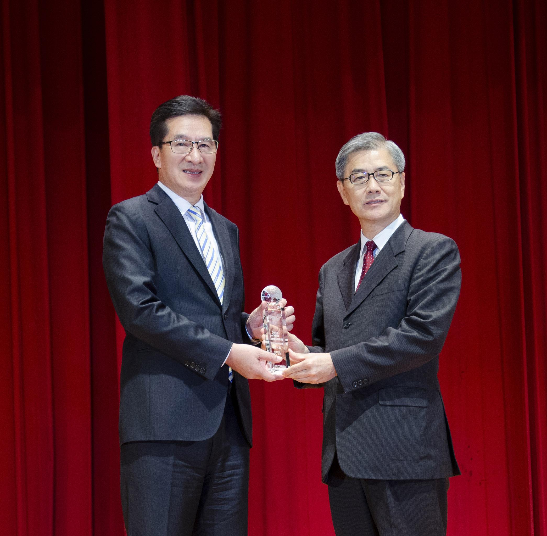 永達保經再度蟬聯「最佳社會責任」與「最佳保險專業」特優獎,由總經理陳慶鴻代表領獎。