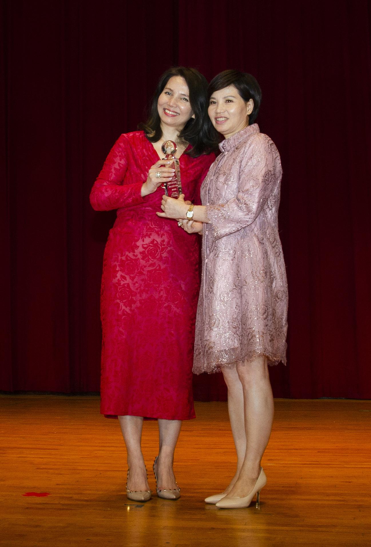 中三營業處榮獲最佳通訊處特優獎,由陳翠芳業務協理代表領獎。