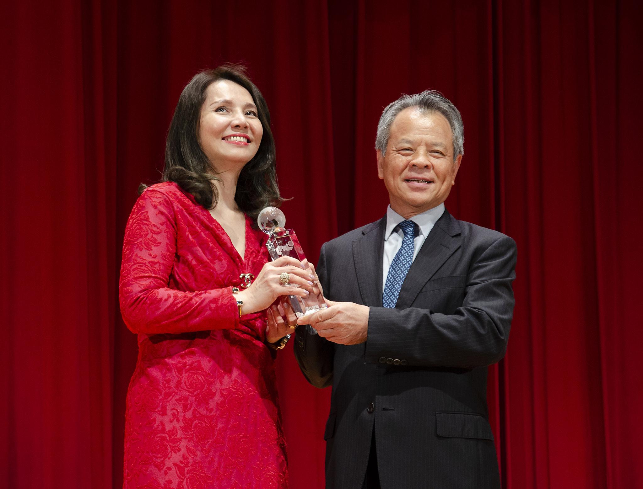 陳翠芳業務協理榮獲最佳專業顧問特優獎。