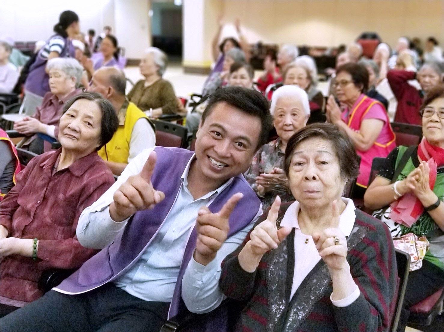 志工和長輩開心合影。