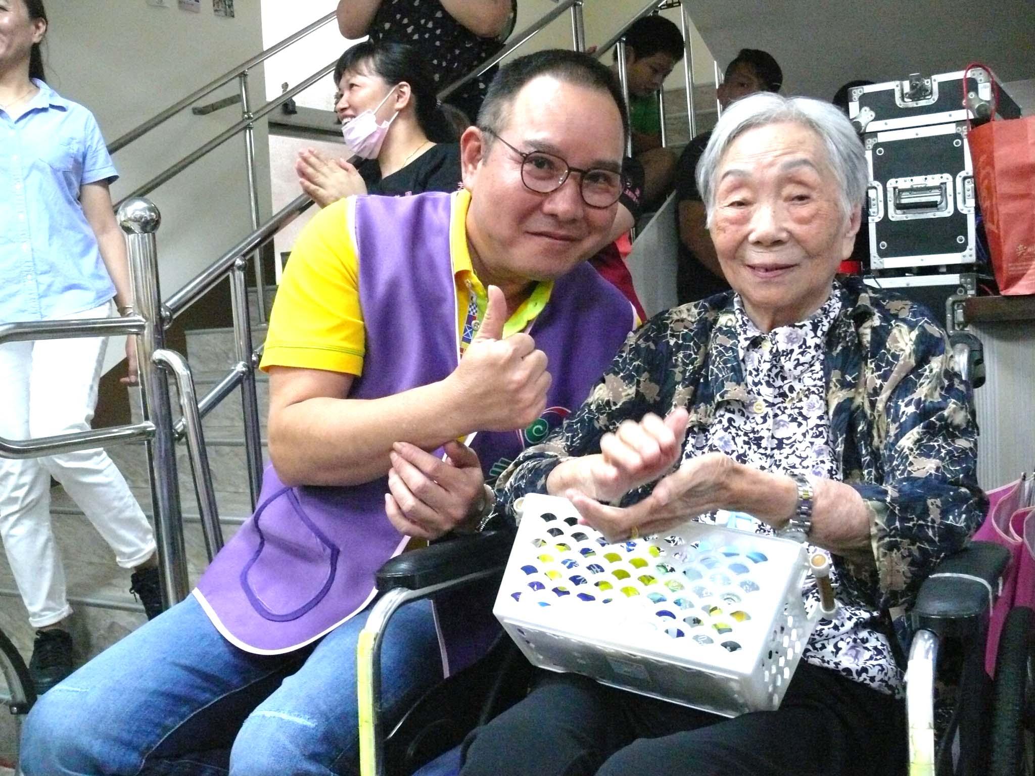 永達志工和長輩開心合影。