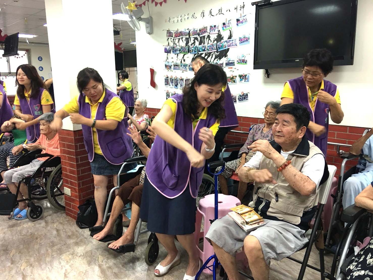 永達志工陪伴長輩做運動。