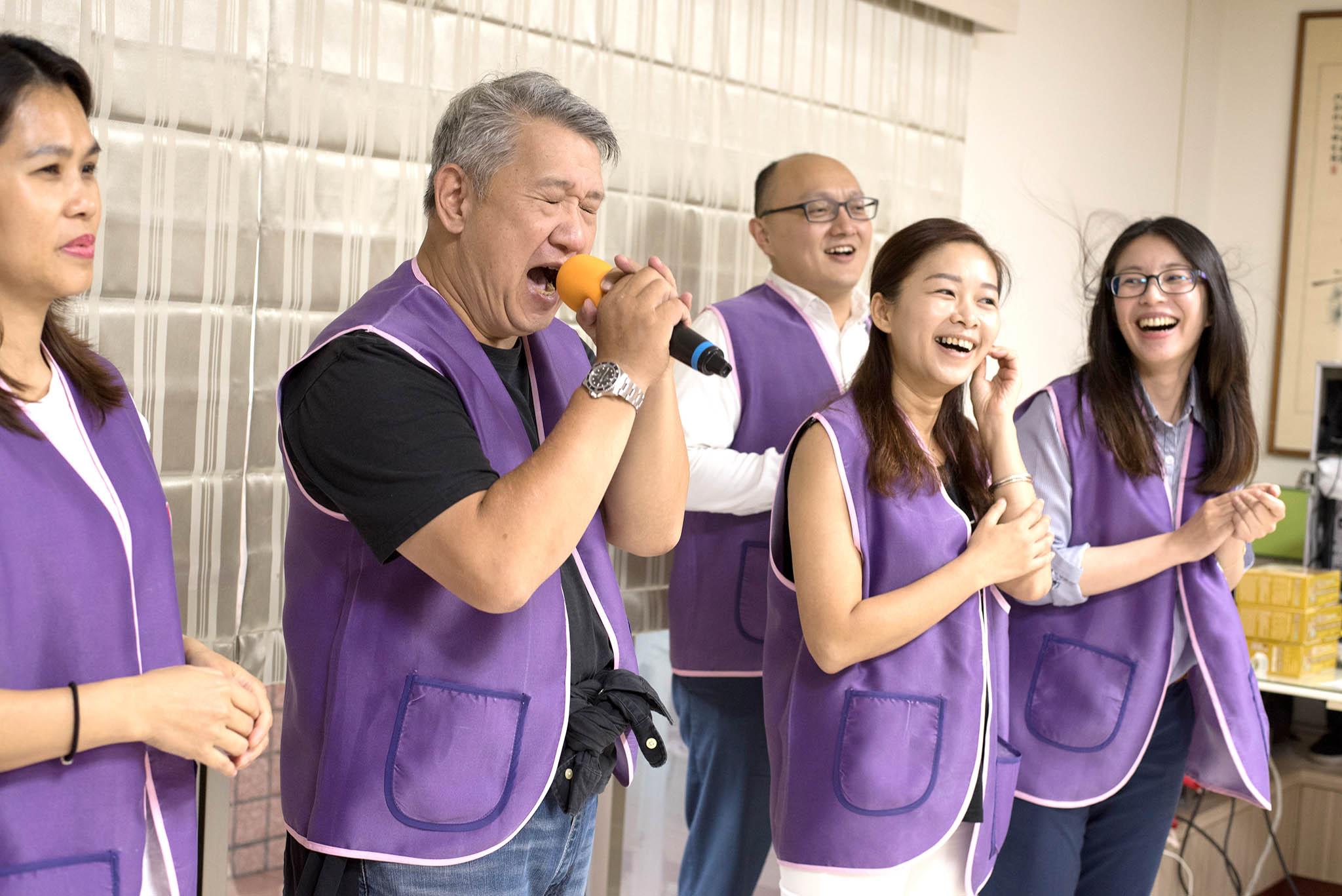 永達志工獻唱。