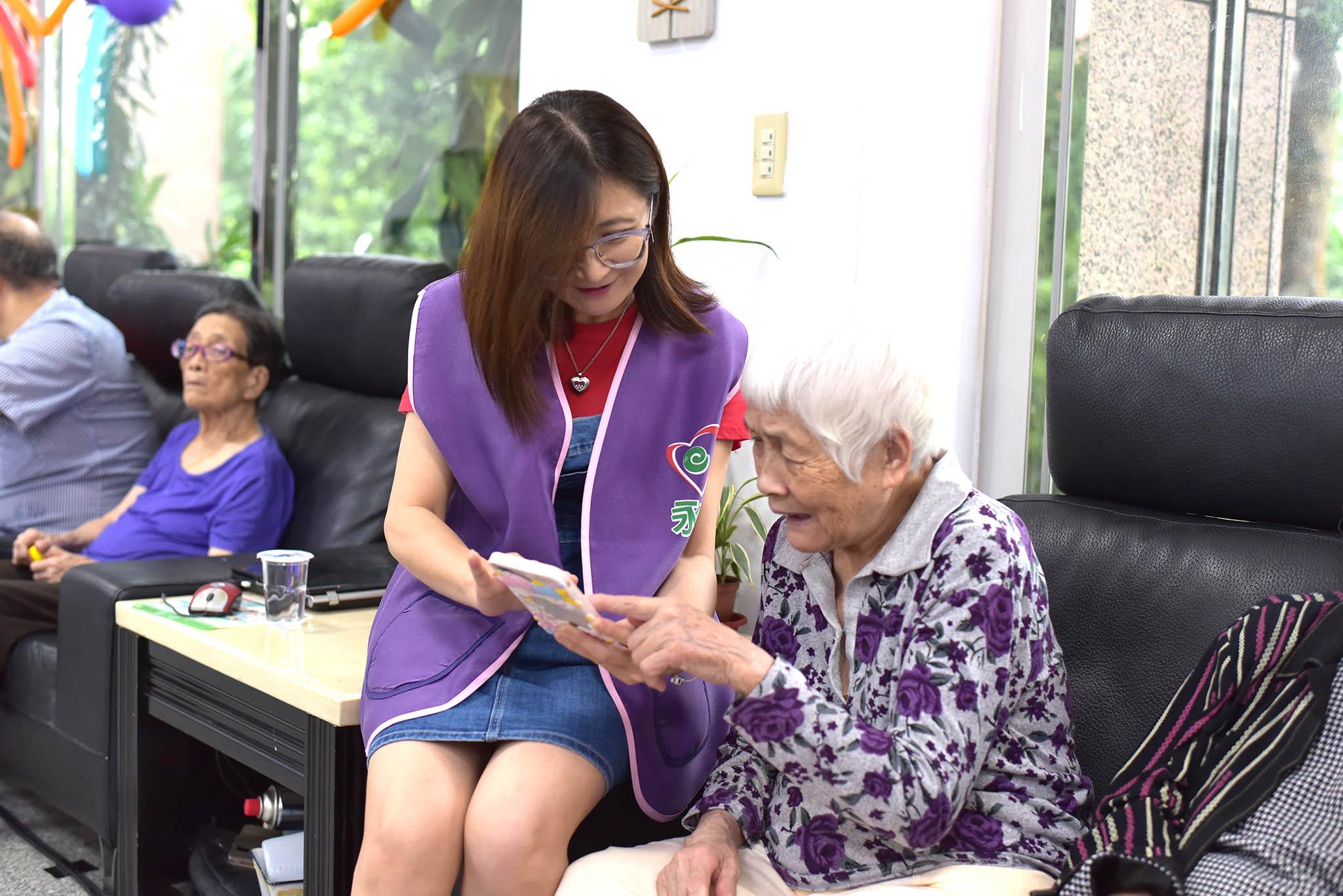 永達志工與長輩互動。