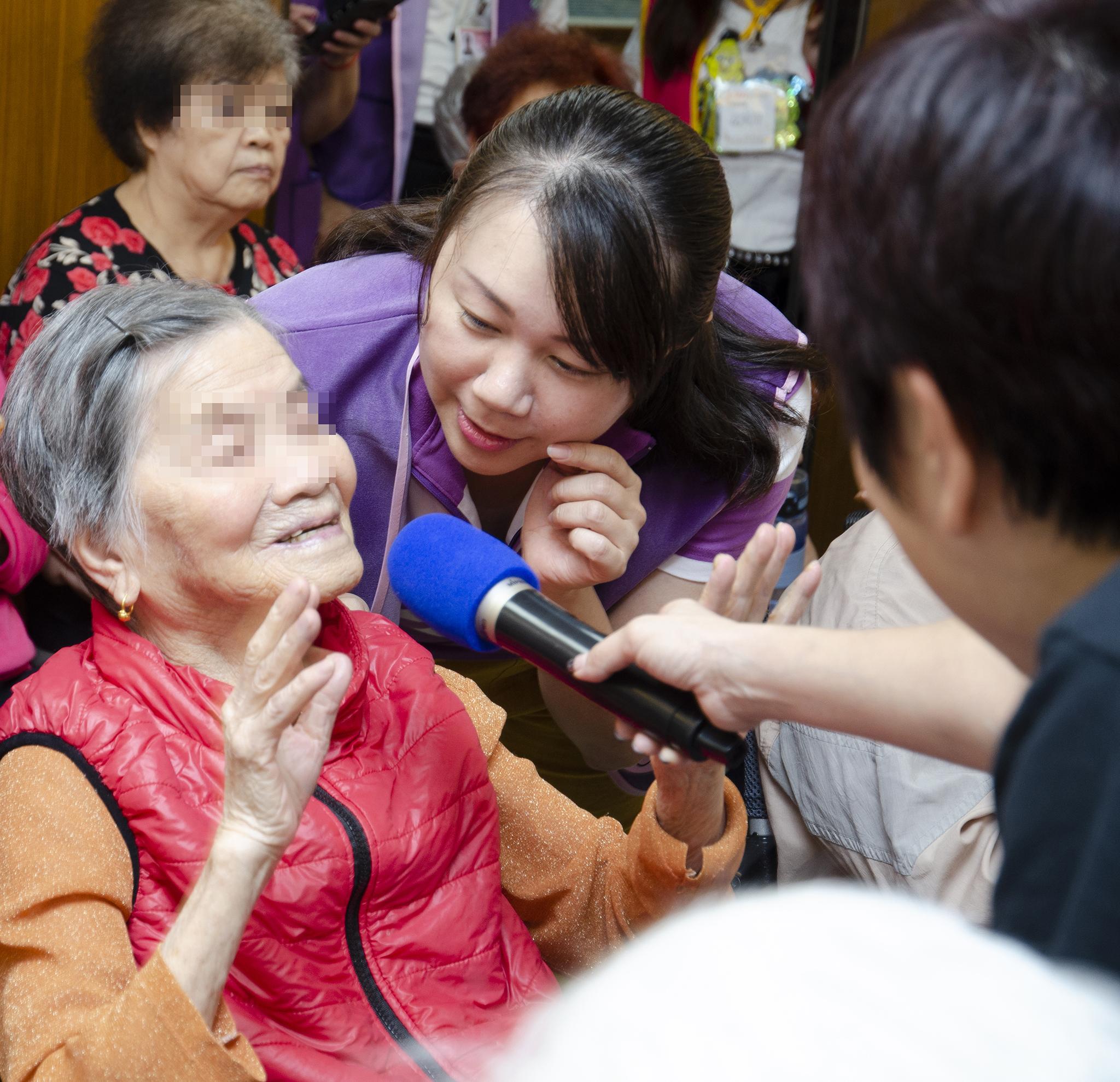 永達志工協助長輩有獎徵答。