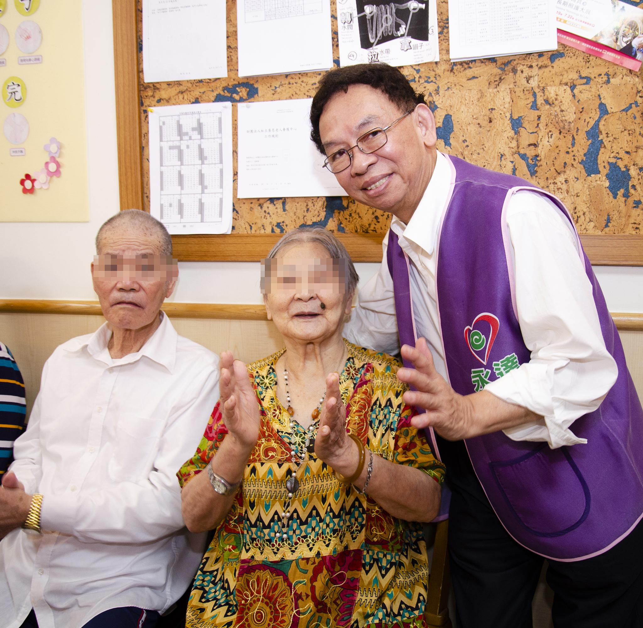永達志工陪伴長輩鼓掌投入表演。