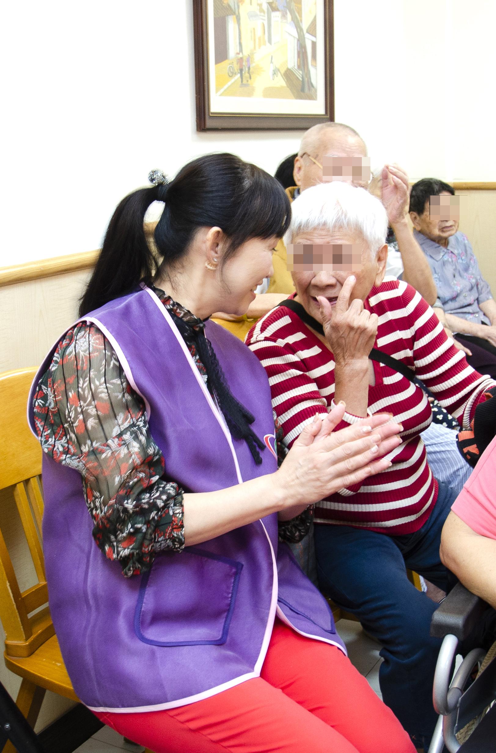 永達志工與長輩開心聊天。