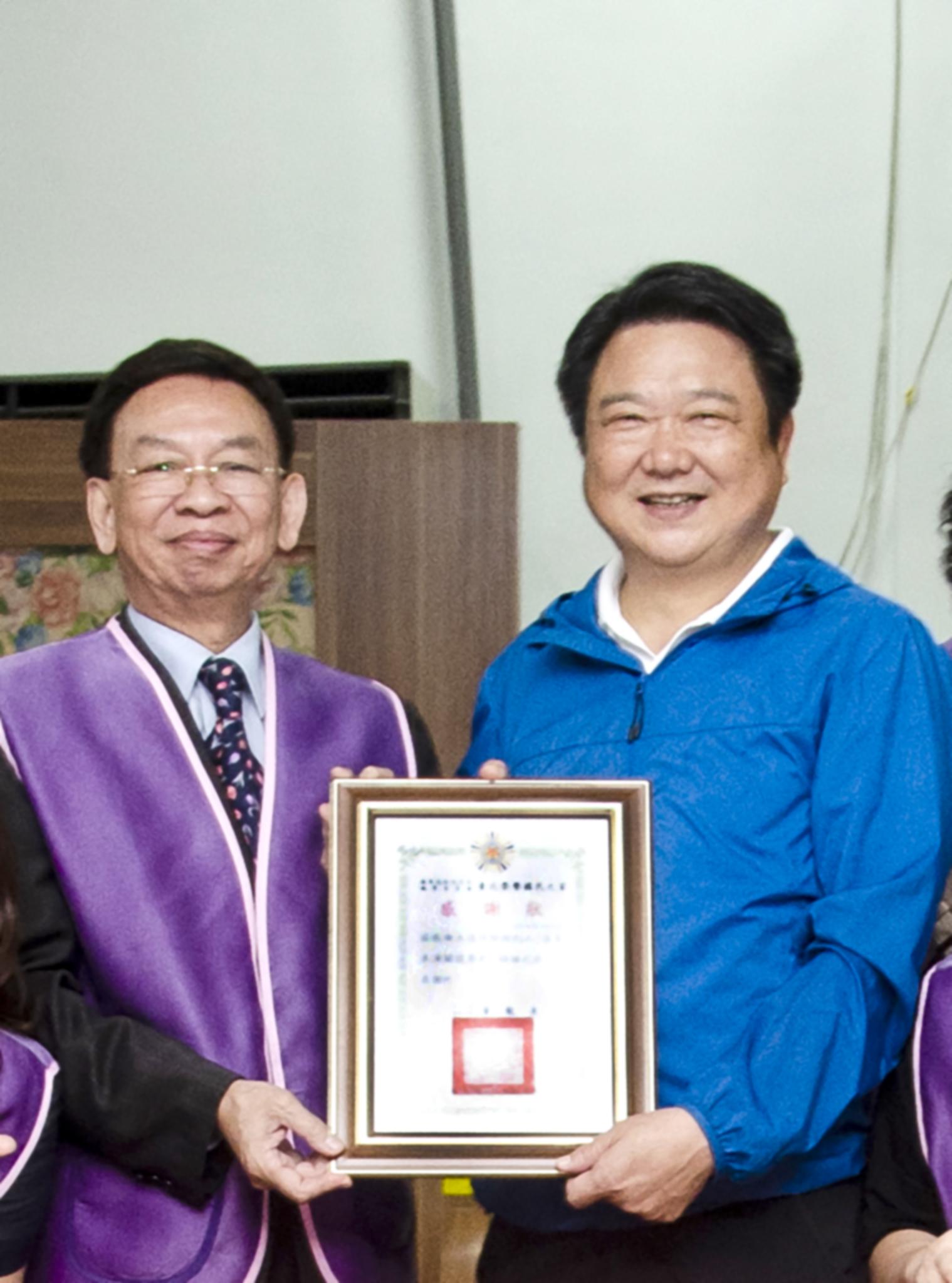 台北榮民之家董龍泉主任頒發感謝狀給葉明全業務副總。