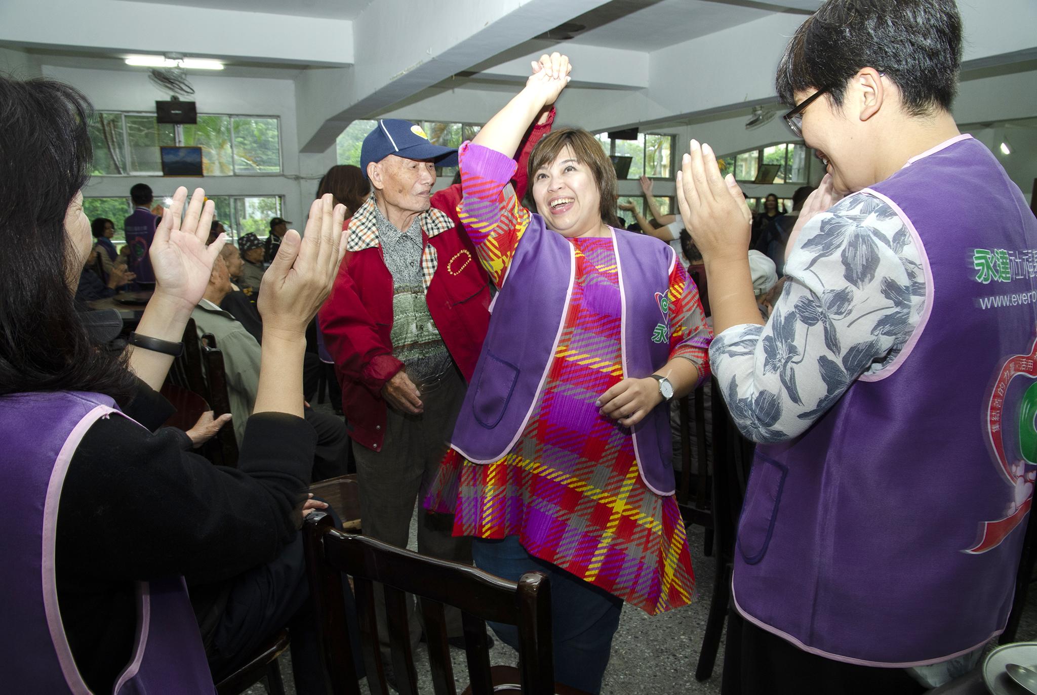 永達志工與榮民伯伯開心牽手跳舞。