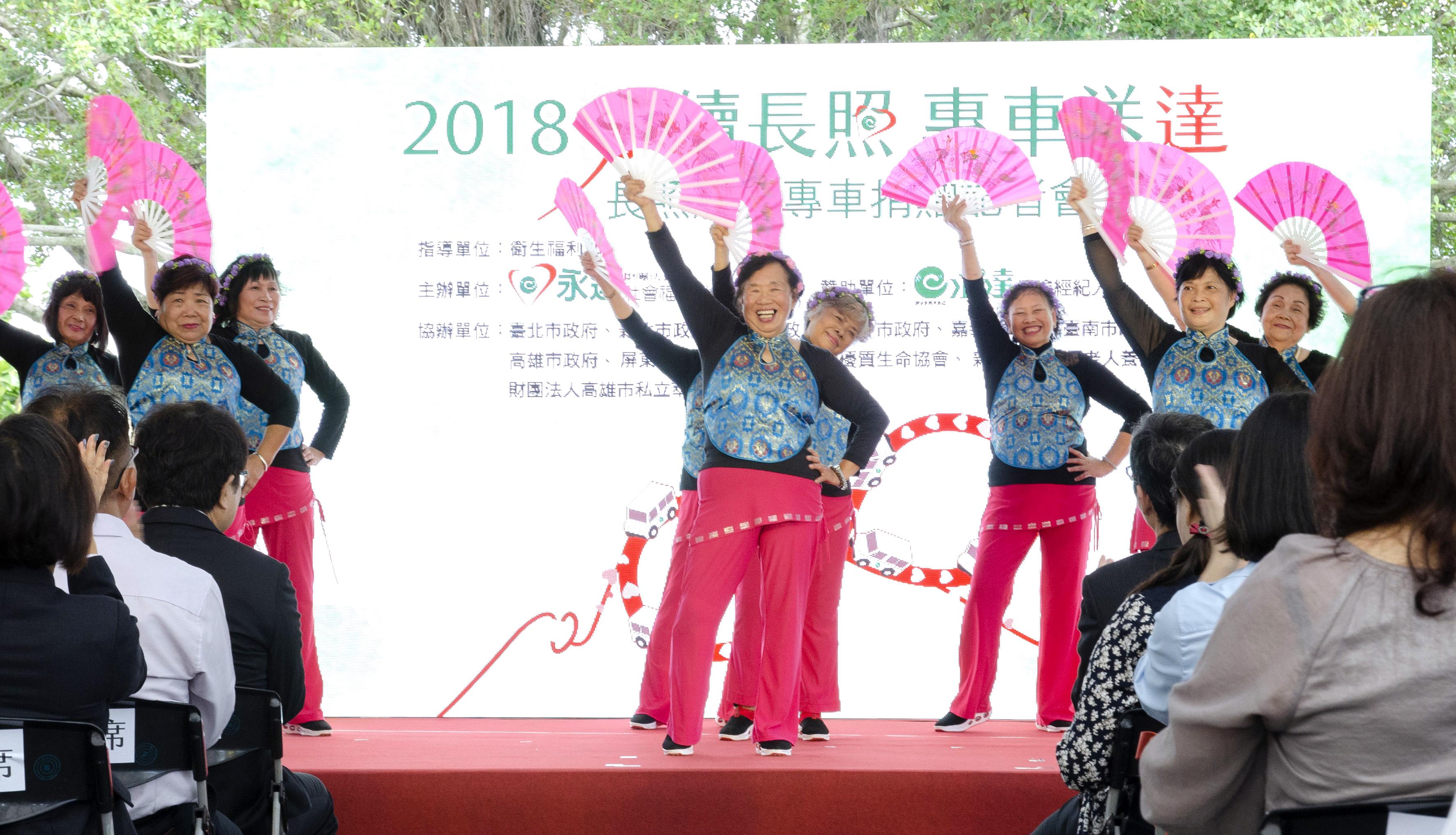 一群平均80歲的不老舞者-叮噹隊,以熱情有勁的扇子舞炒熱記者會氣氛。