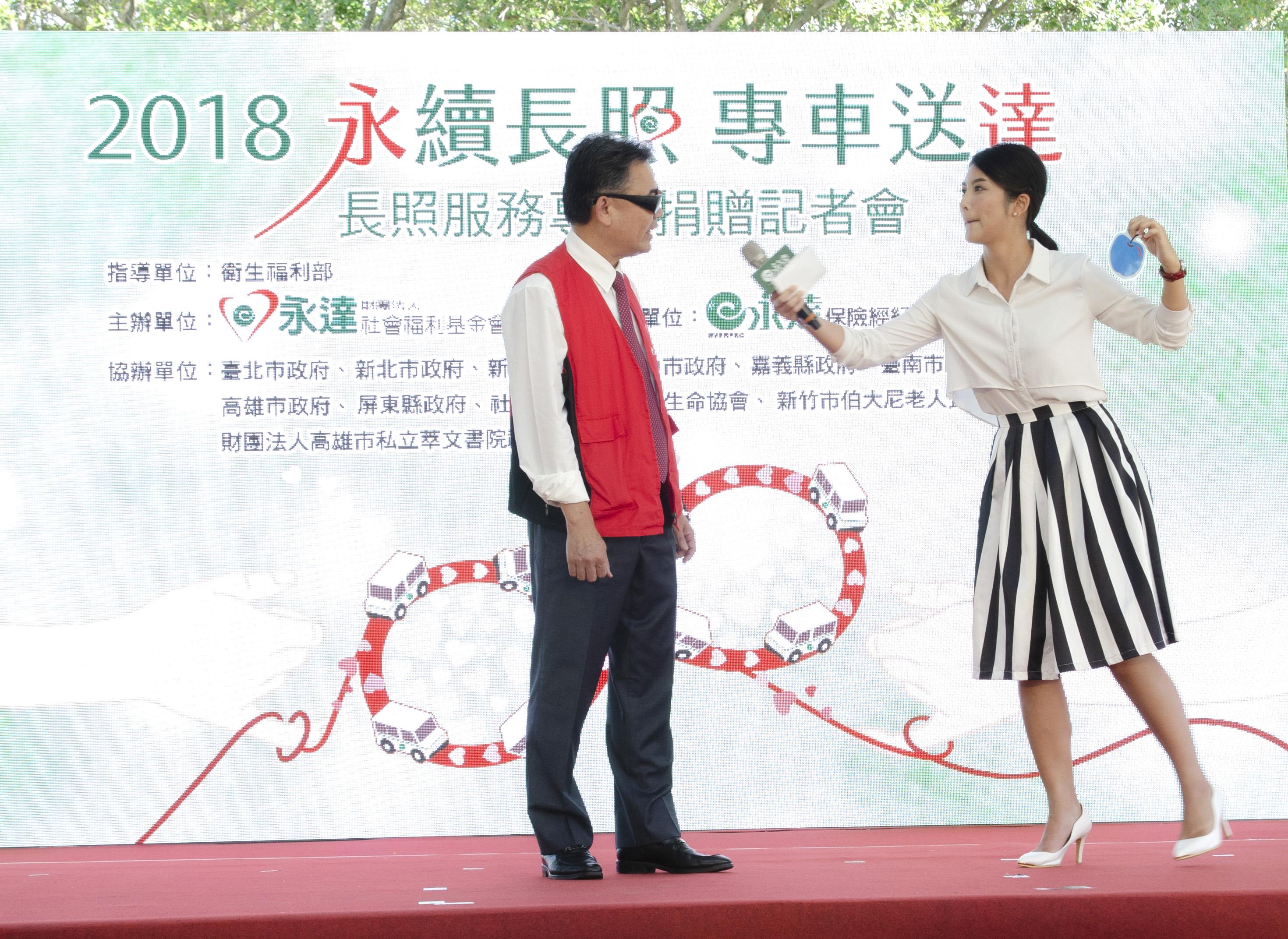 李世傑副總穿著負重背心及特殊眼鏡,模擬老化時的狀態,試著猜出主持人手上的卡片顏色。