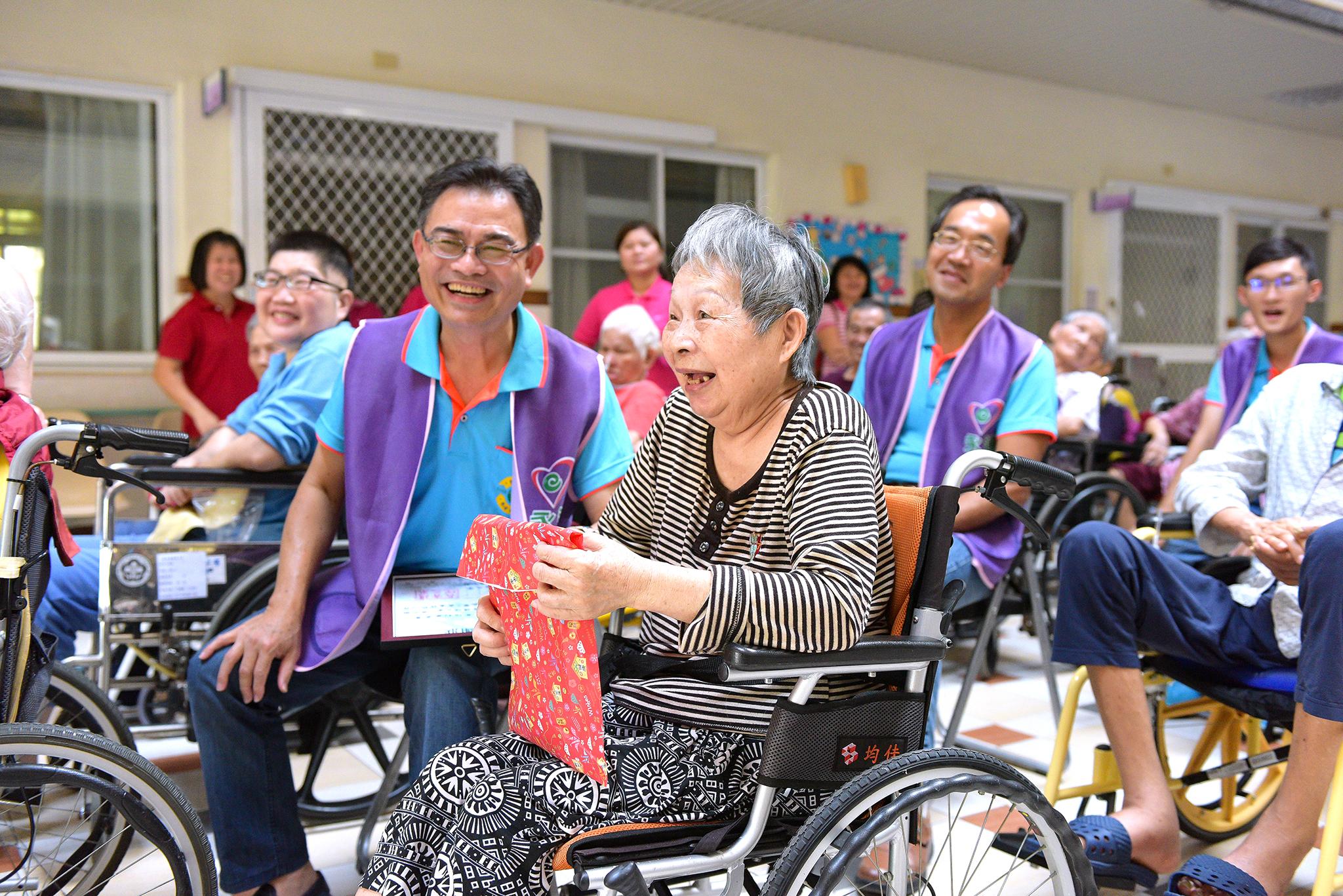 李世傑副總和長輩開心的互動。