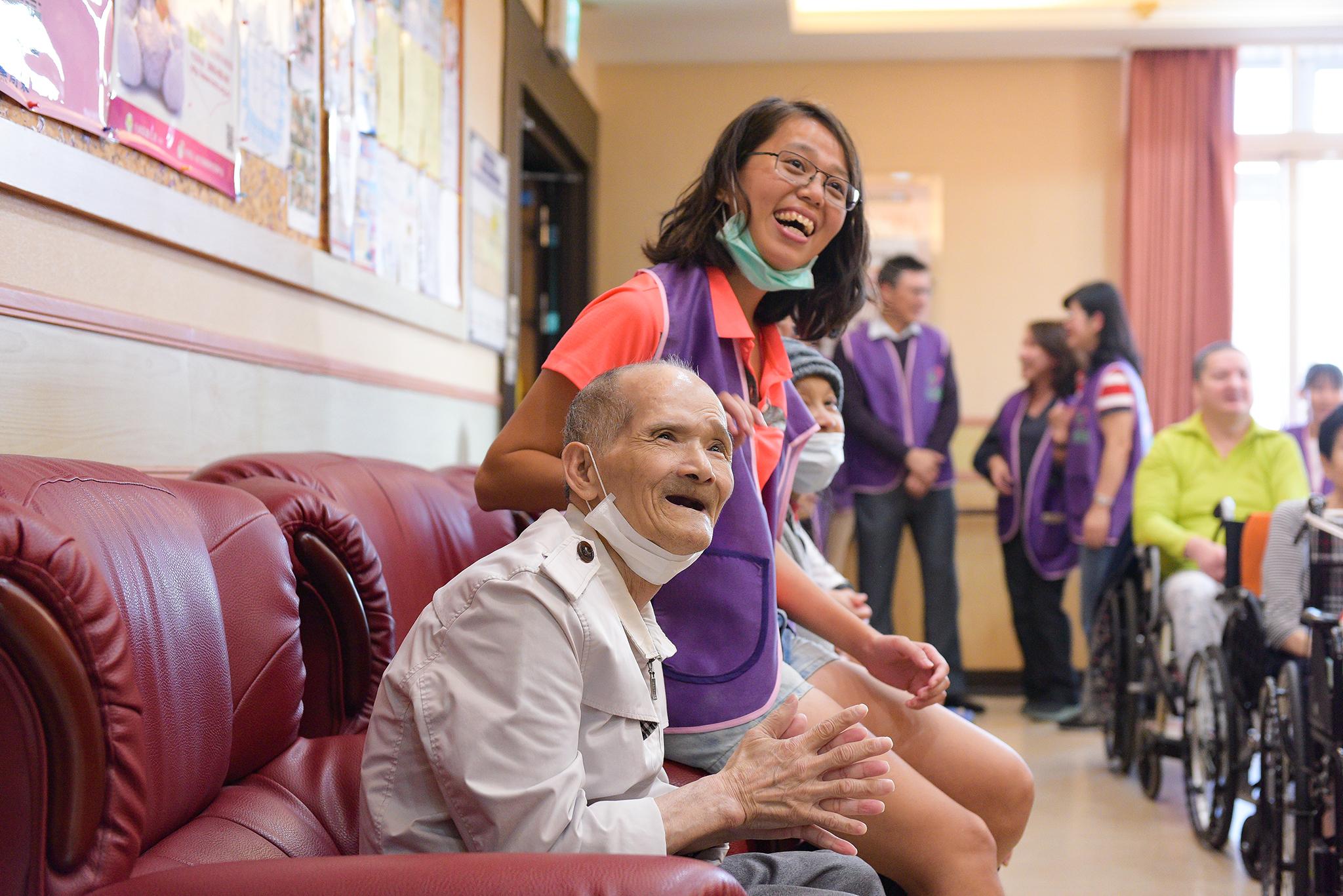 永達志工與長輩開心看演出。