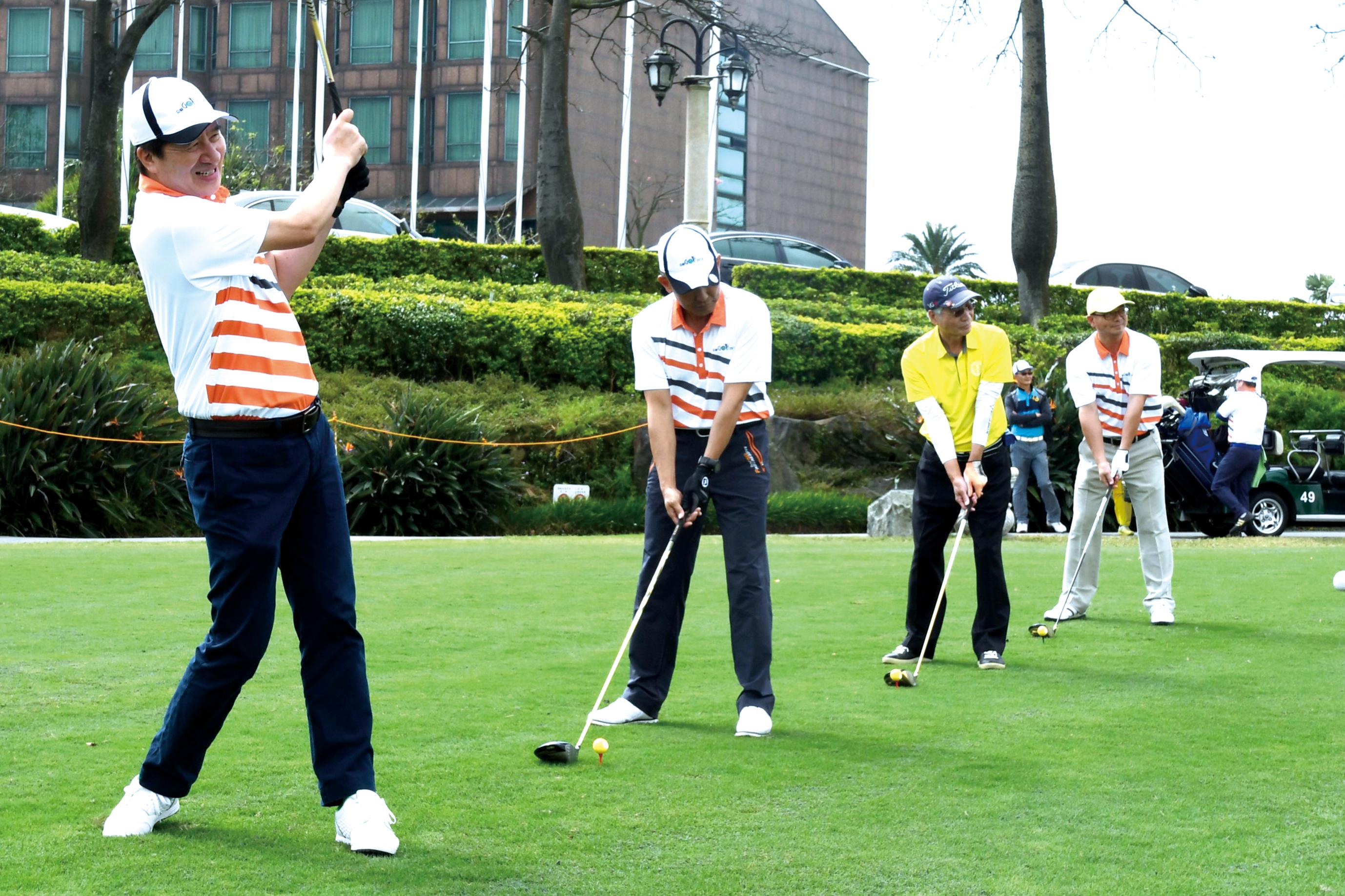 陳慶鴻總經理(左1)帶領貴賓揮桿做公益。