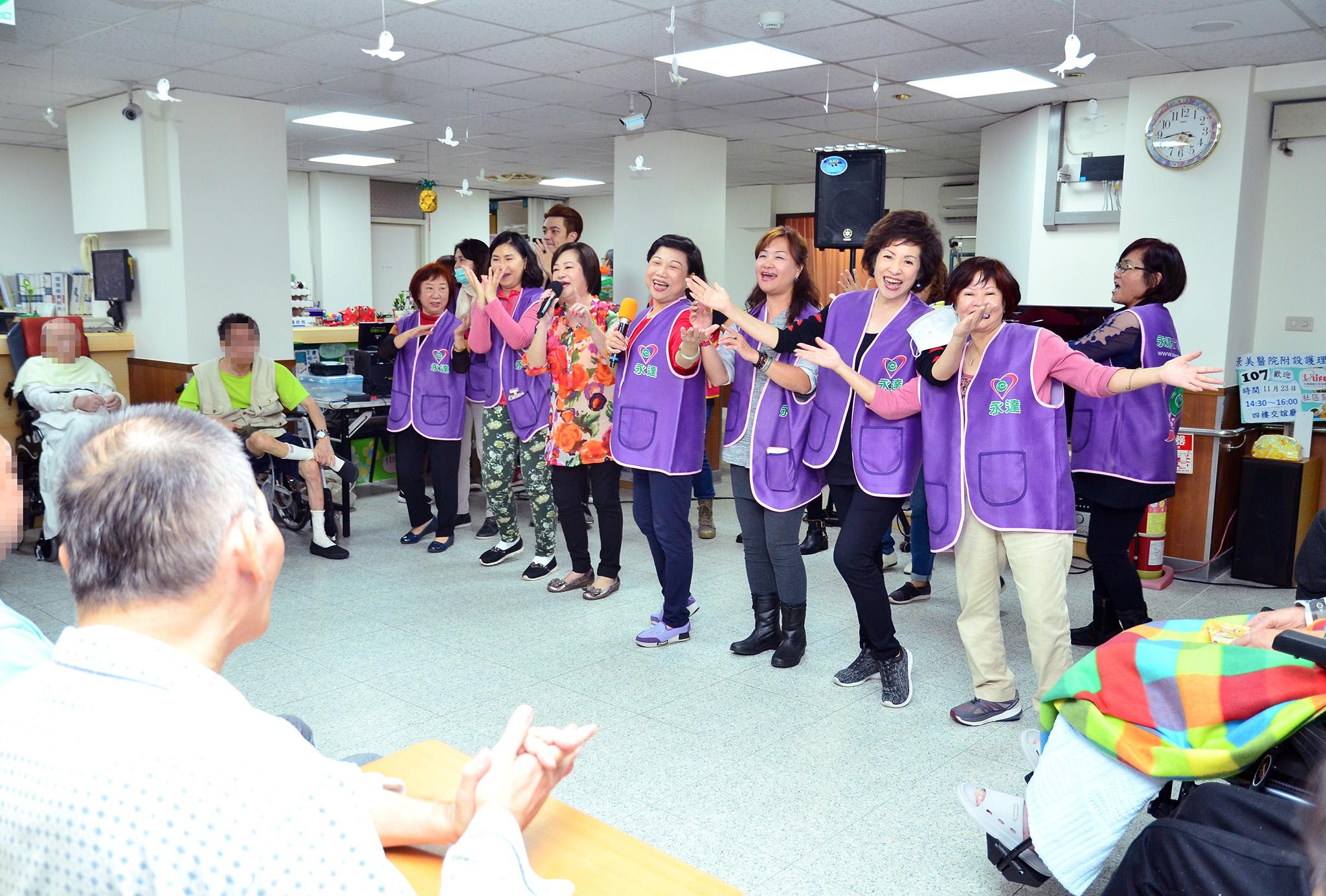 志工與藝人文香一同演唱「十八姑娘一朵花」,載歌載舞與長者同歡。
