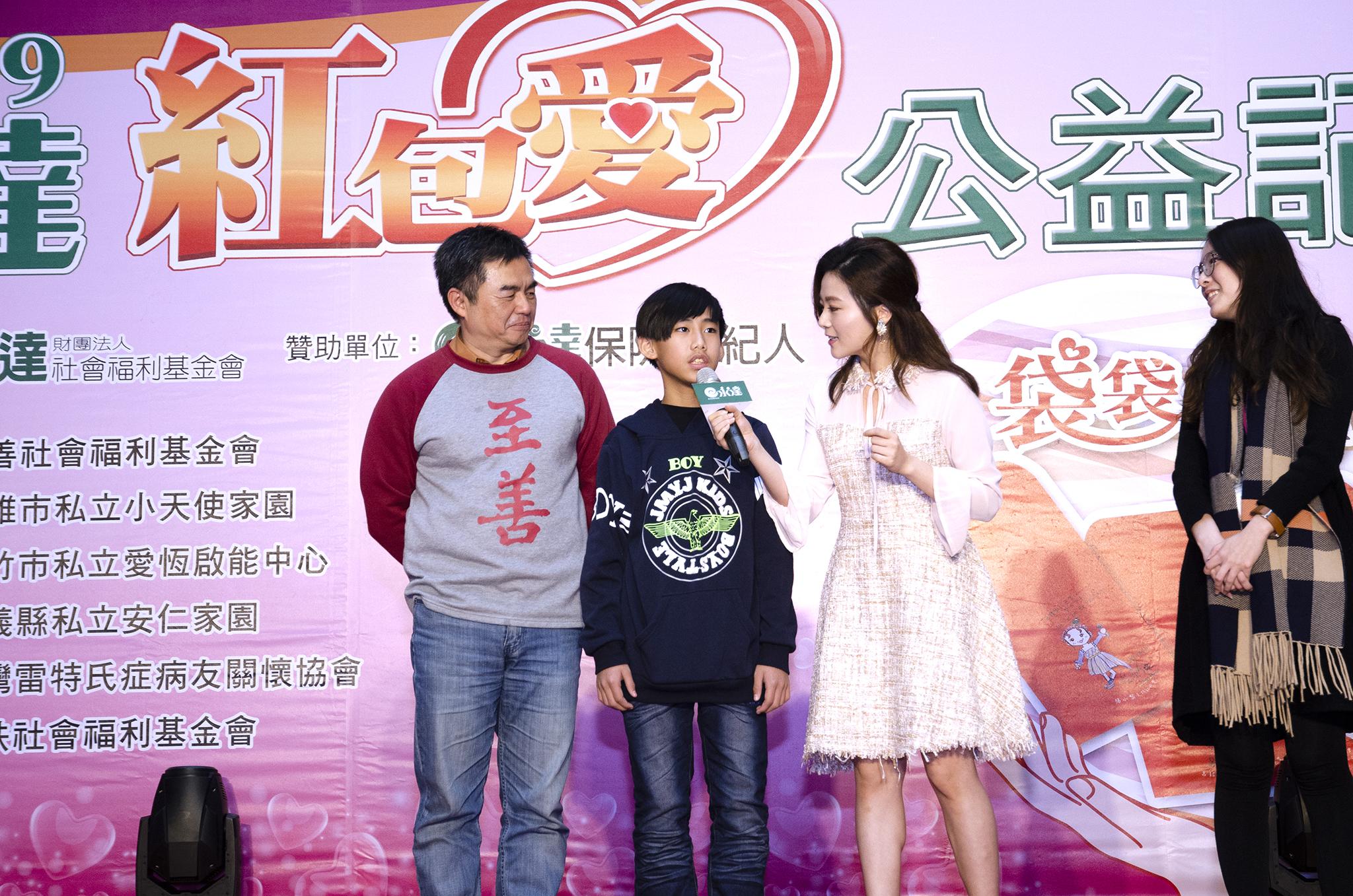 金鐘最佳女配角楊小黎與孩子親切互動。
