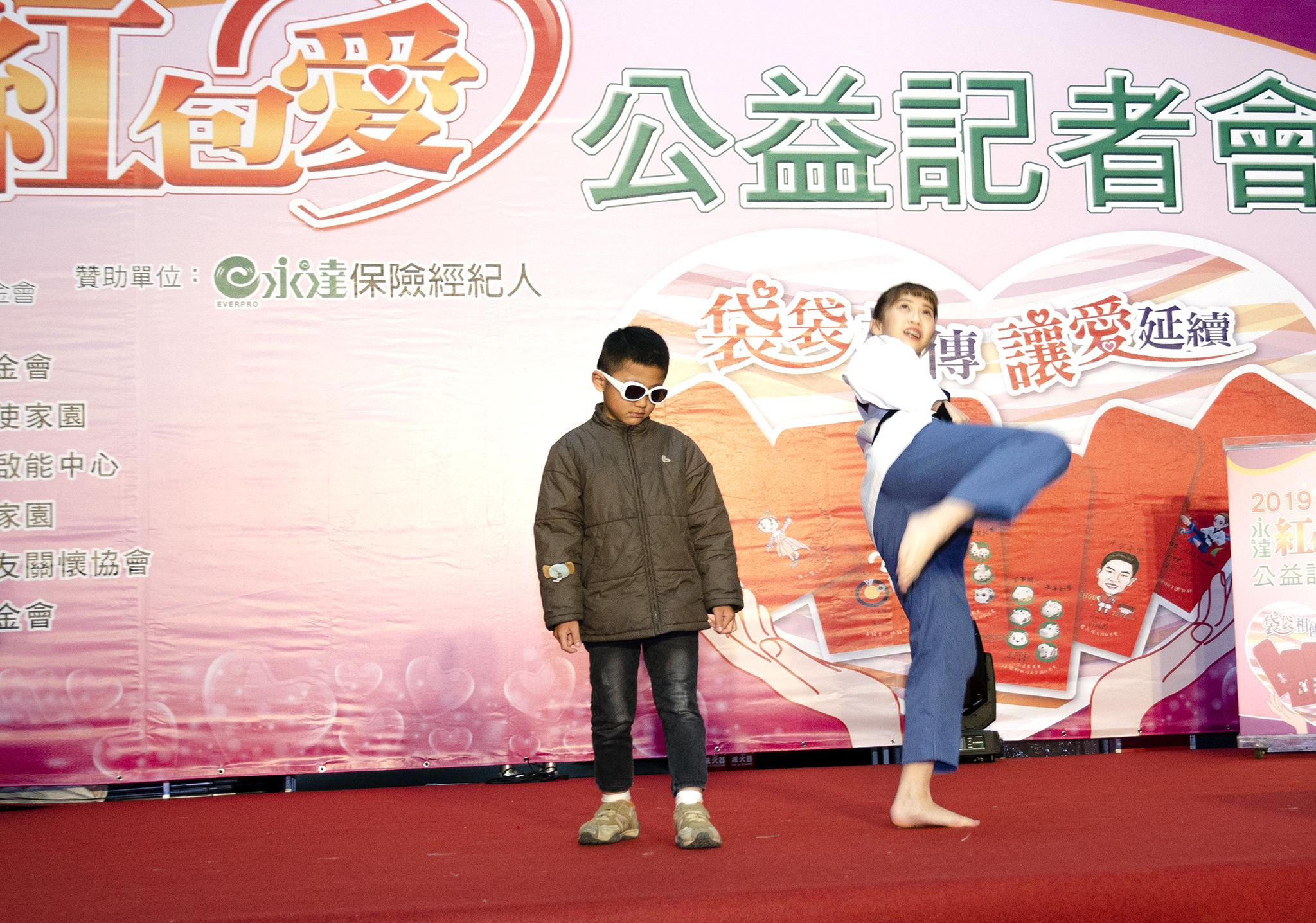 跆拳小可愛林侃諭教孩子跆拳品勢動作。