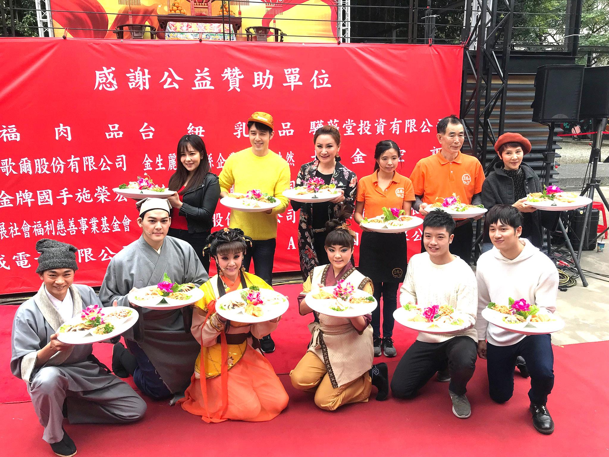 陳亞蘭(立者左三)、胡宇威(立者左二)、豆腐師(立者右二)上菜秀。