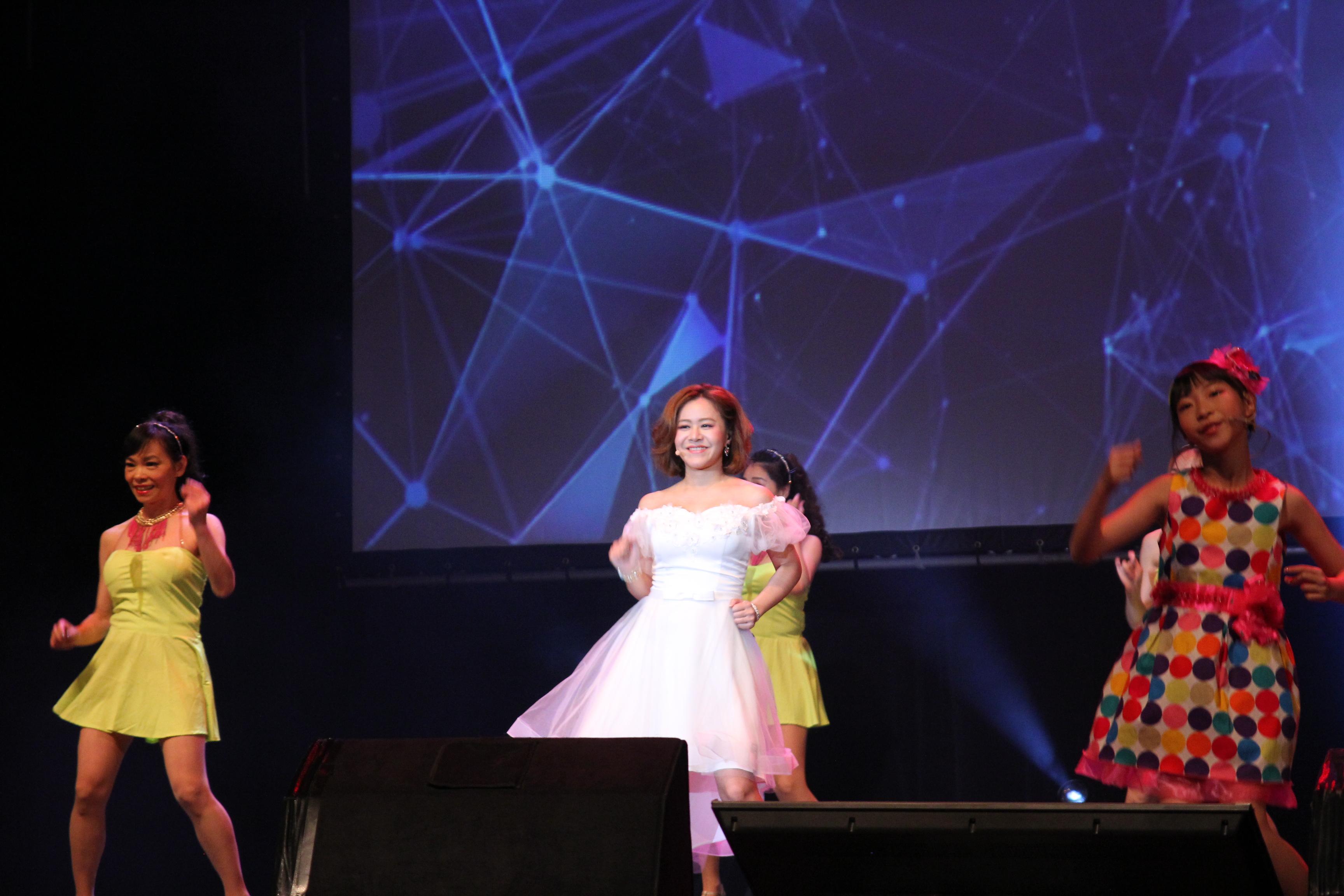 實力派唱將甜姐兒-楊蒨時與文夏四小妹,演唱「十八姑娘」。