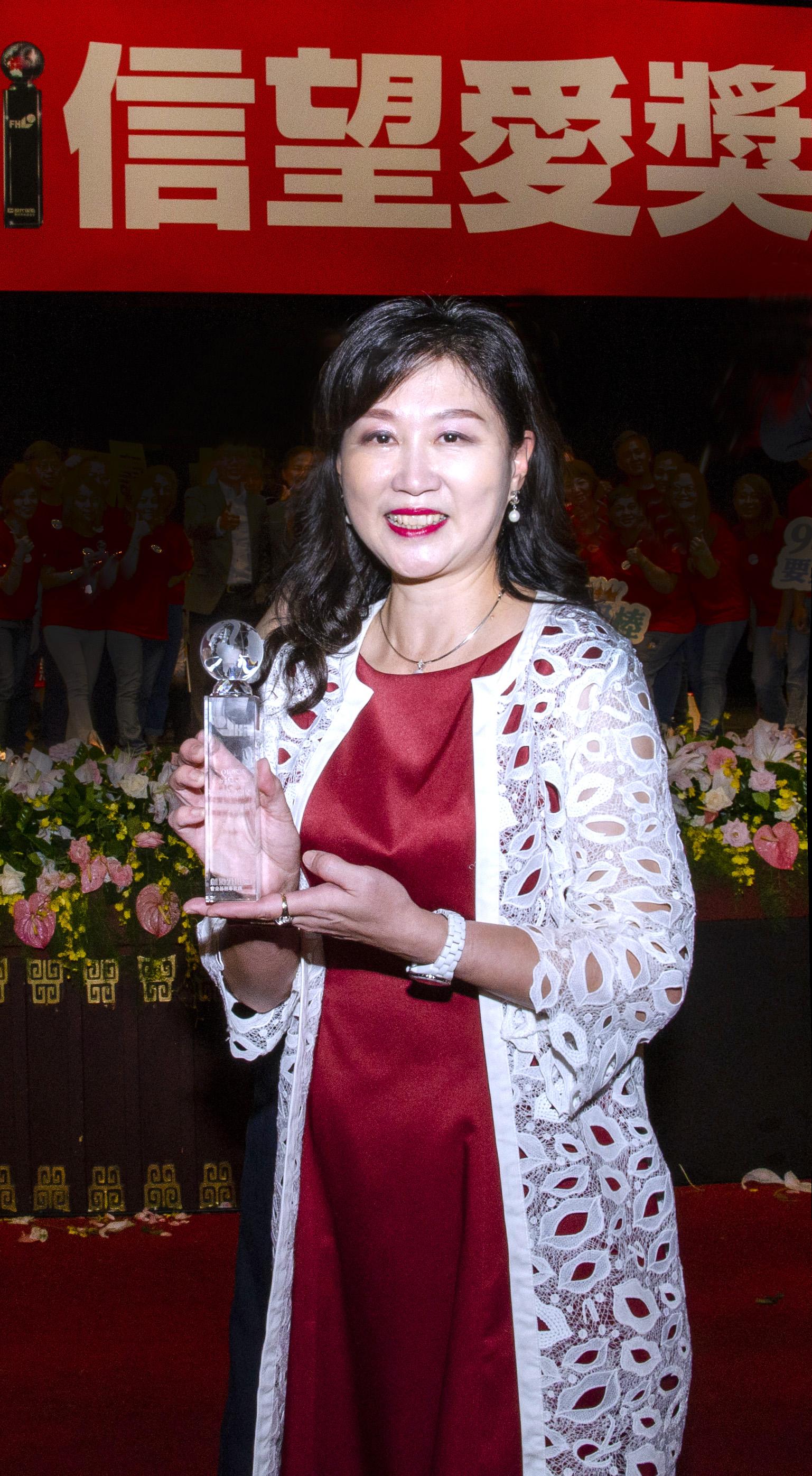 張貞芬業務籌備協理榮獲「最佳社會貢獻獎」優選。
