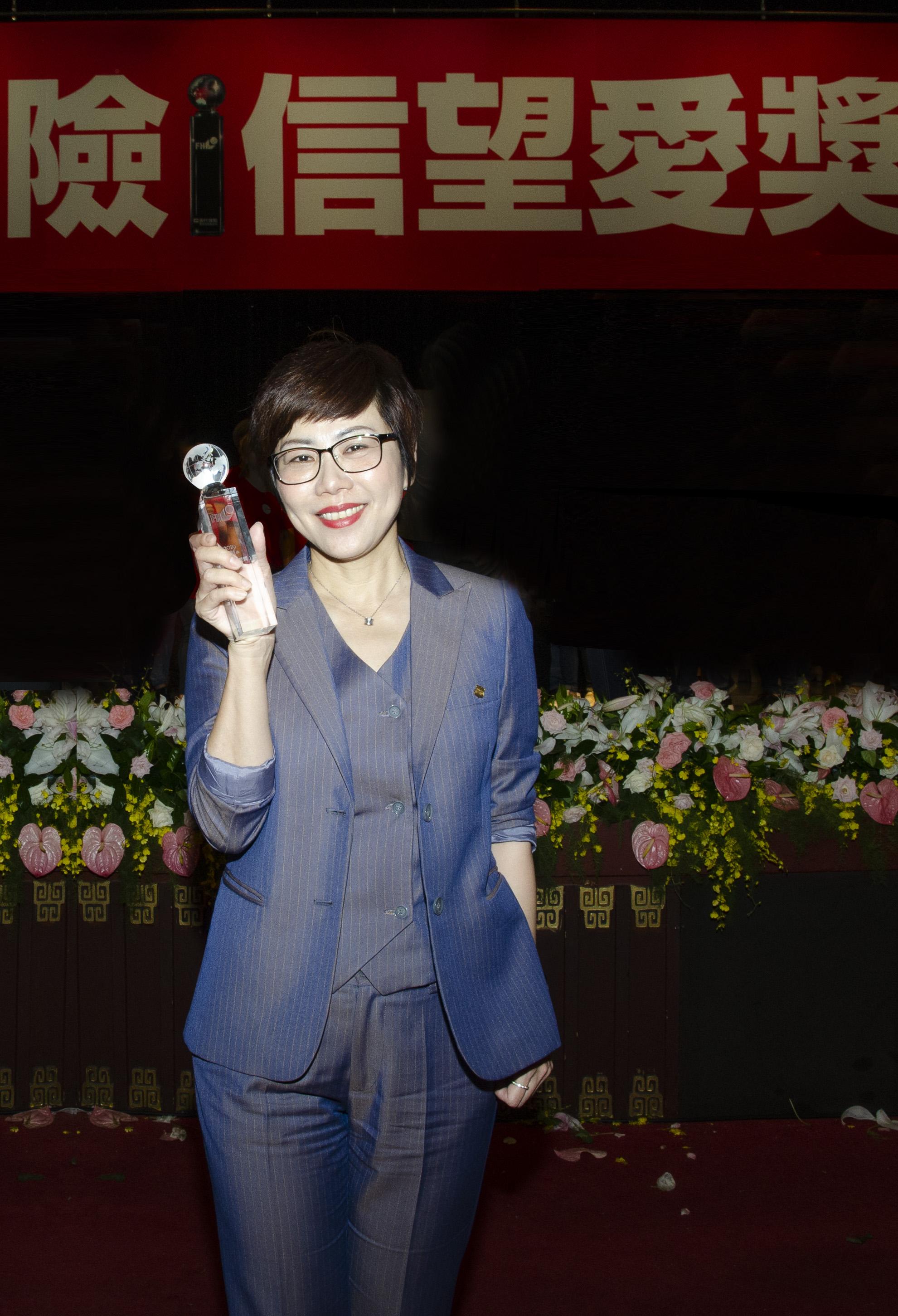 蔡名蔚業務協理率領的中五通訊處獲得「最佳通訊處獎」優選。