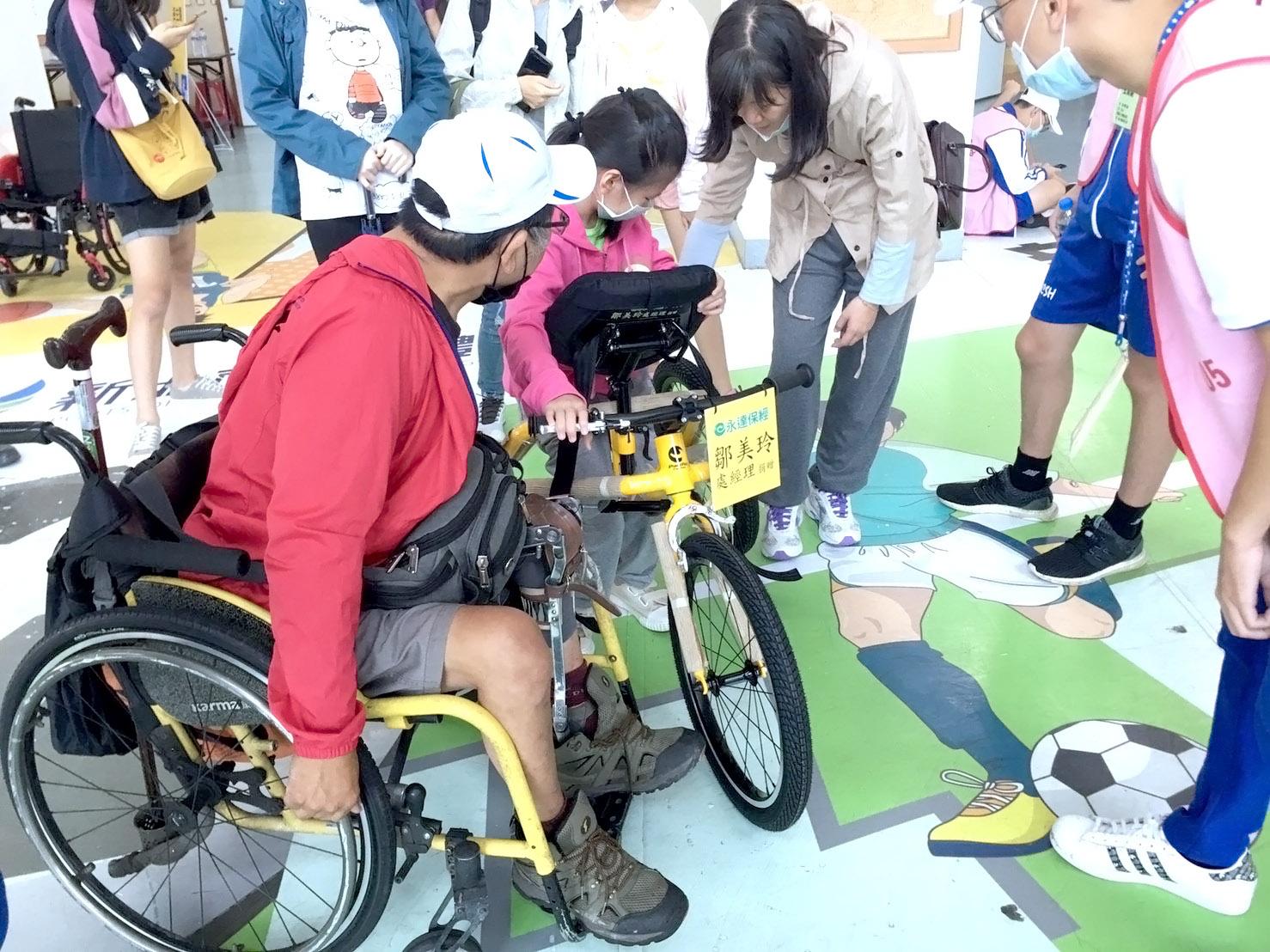 永達保經公司與鄒美玲業務處經理共捐贈四輛專為腦性痲痺兒童設計的三輪跑步車。