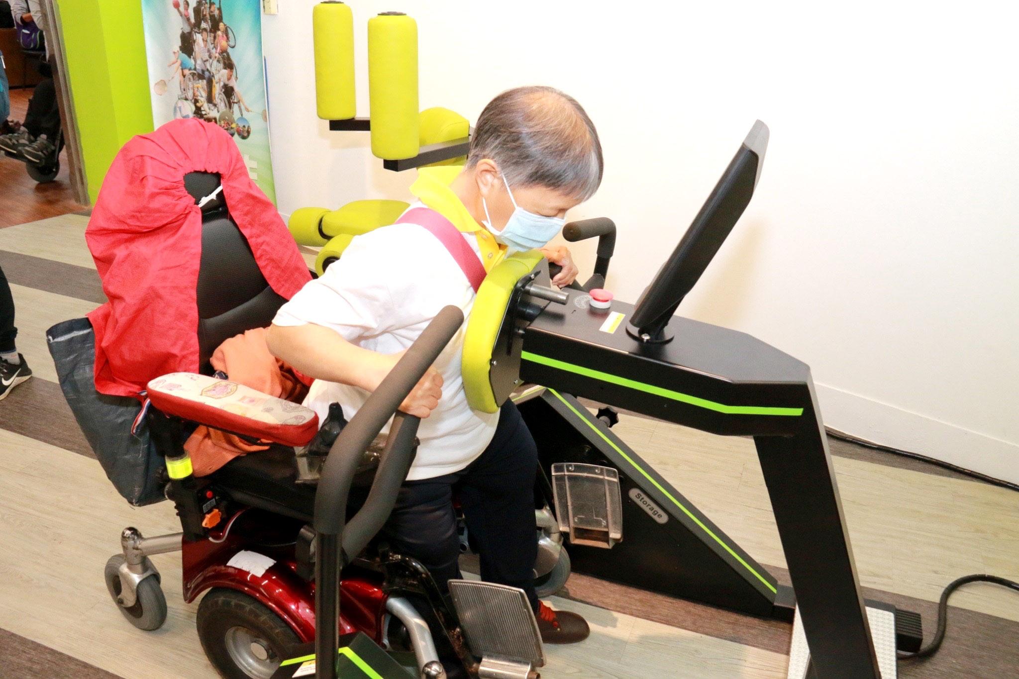 銀髮族也能使用氣動式油壓室內運動器材,適度挑戰自己的體能。