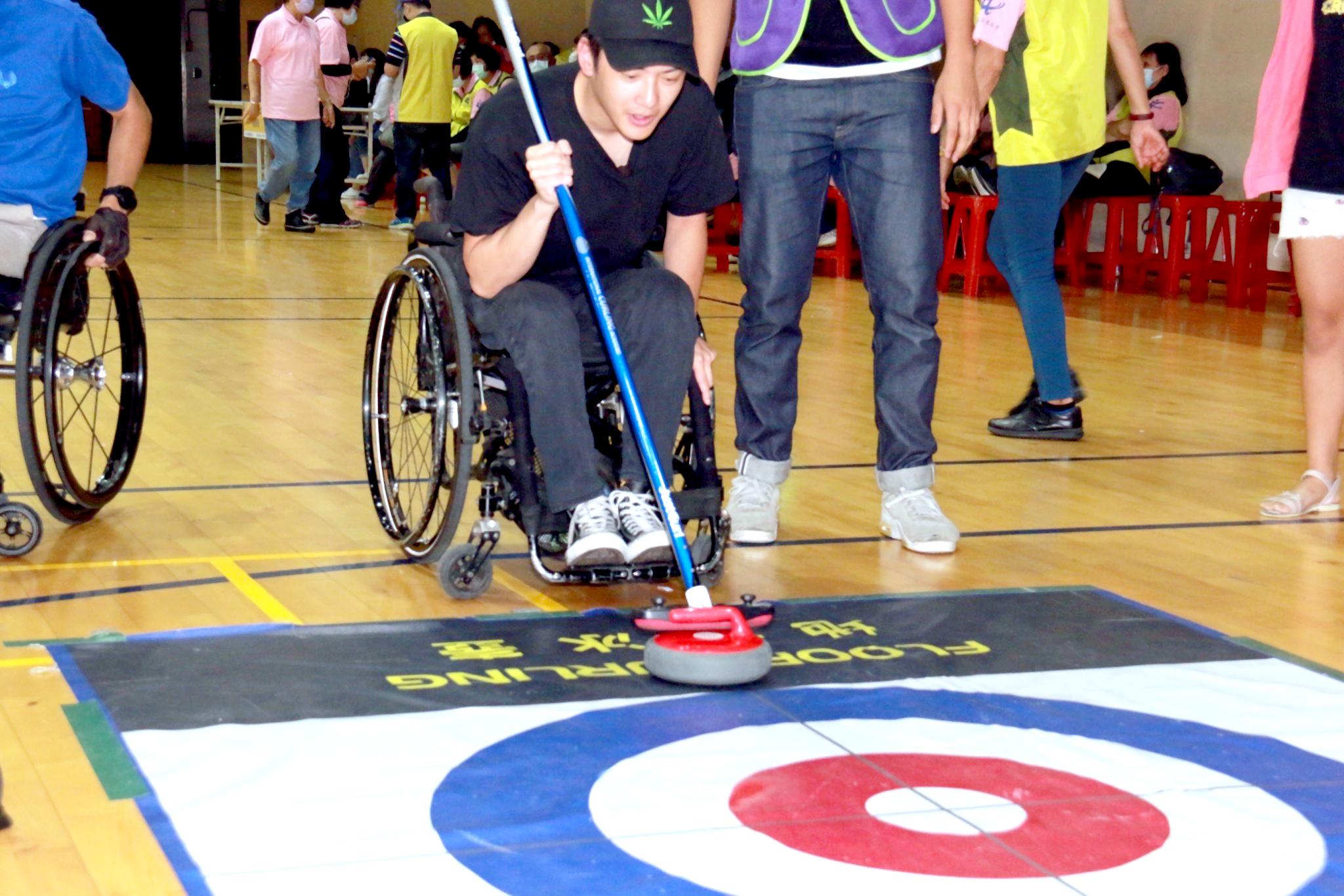 身障朋友參加趣味運動會體驗地板滾球。