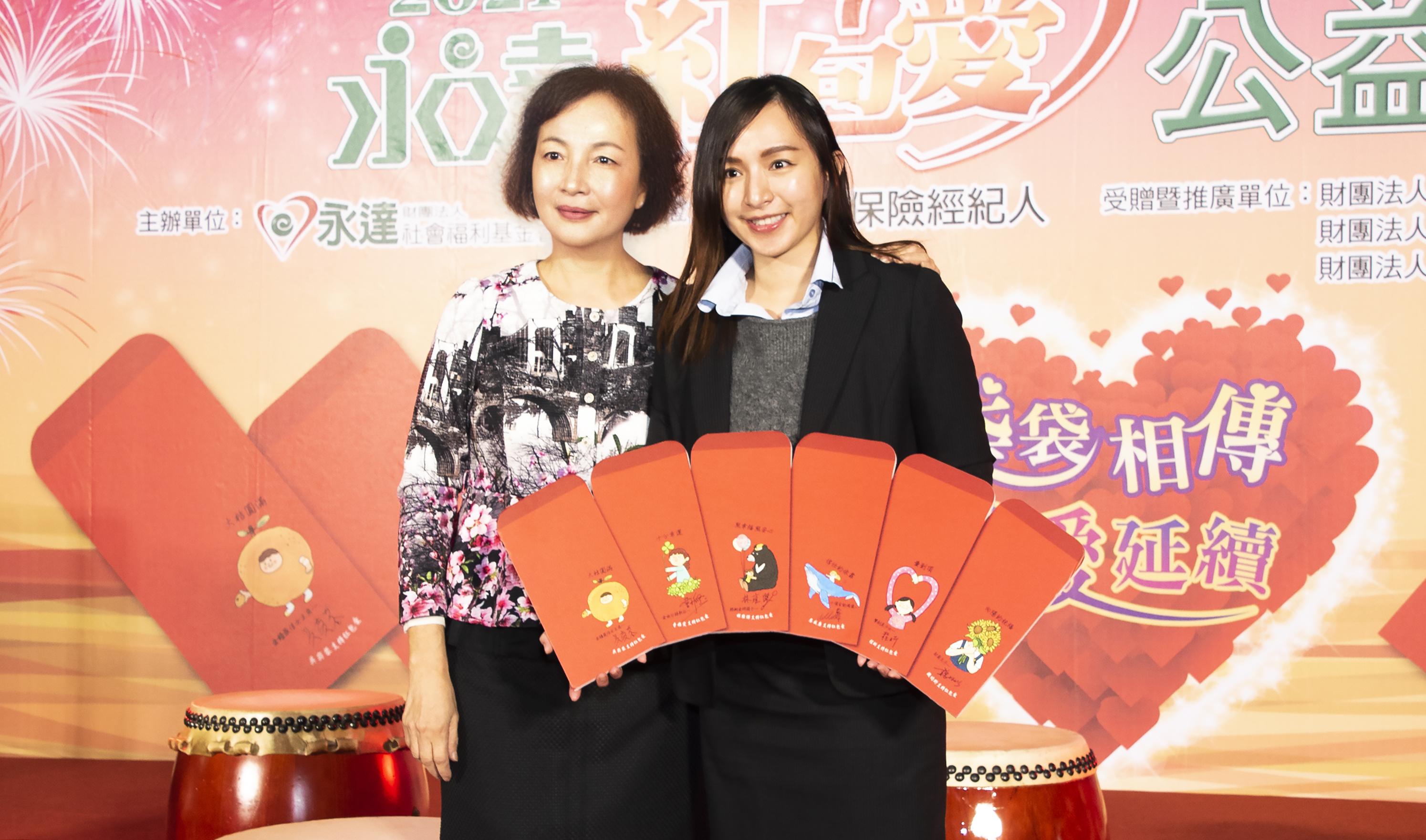 感謝吳沂軒小姐(圖右)無償捐贈6款手繪圖,圖左為董事長夫人侯淑華女士。