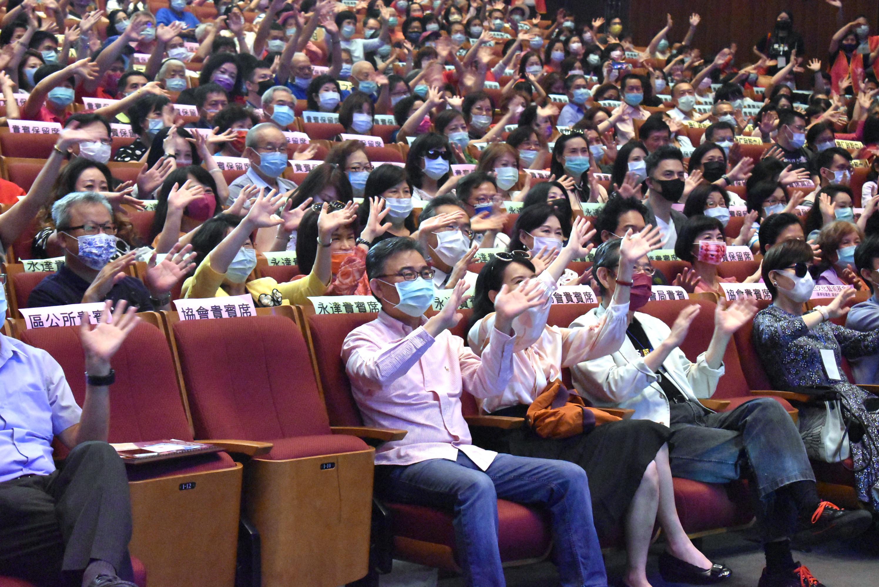 台上精彩表演和台下觀眾互動。
